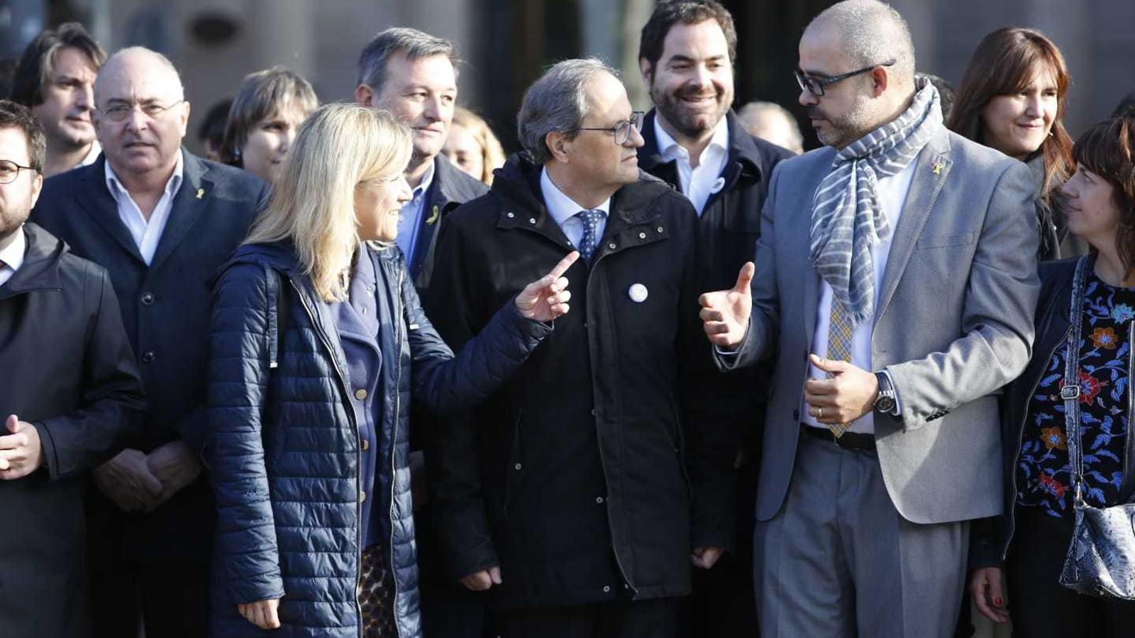 Lloveras i Buch conversen amb el president Quim Torra, que els ha acompanyat, juntament amb altres membres del Govern, fins al TSJC