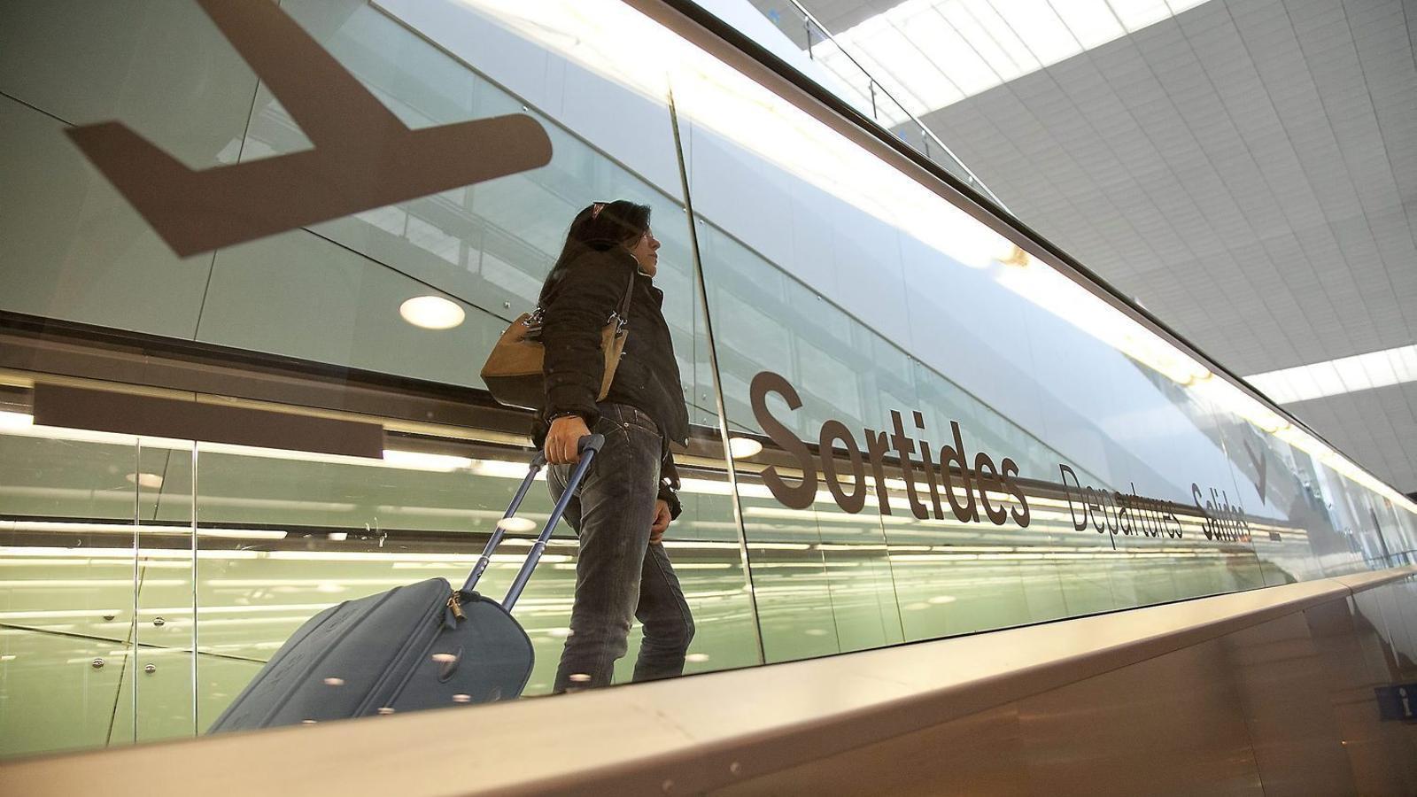Una jove a l'aeroport del Prat, en una imatge d'arxiu