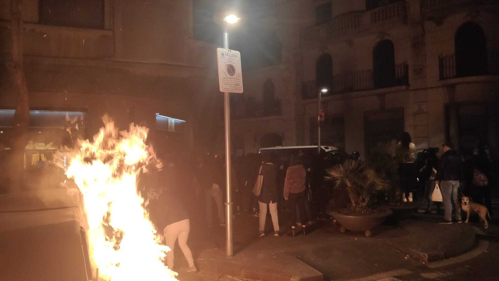 Imatges de l'incendi durant les protestes veïnals per un triple desallotjament al Raval