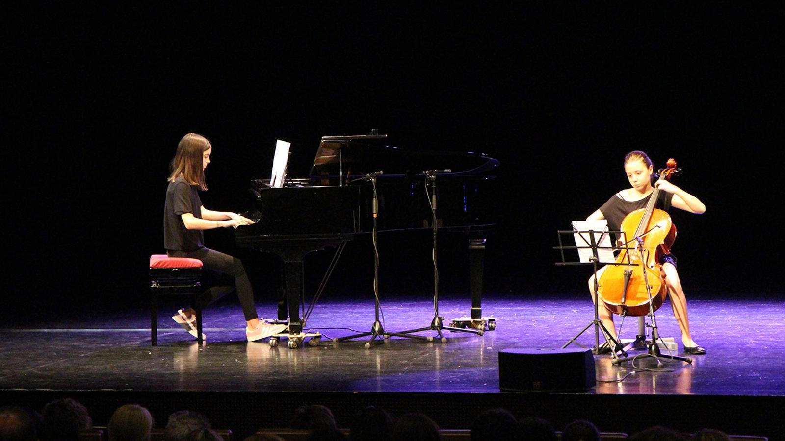 Els alumnes de l'Institut de Música i Dansa d'Andorra la Vella, durant l'actuació. / M. F. (ANA)