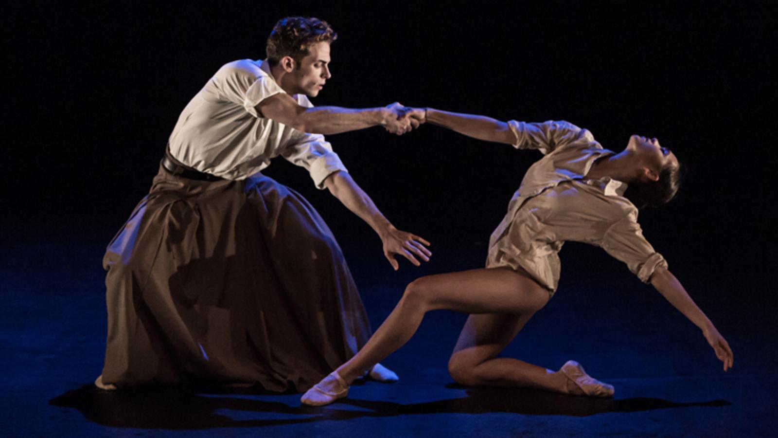 Dos ballarins de la companyia IT Dansa.