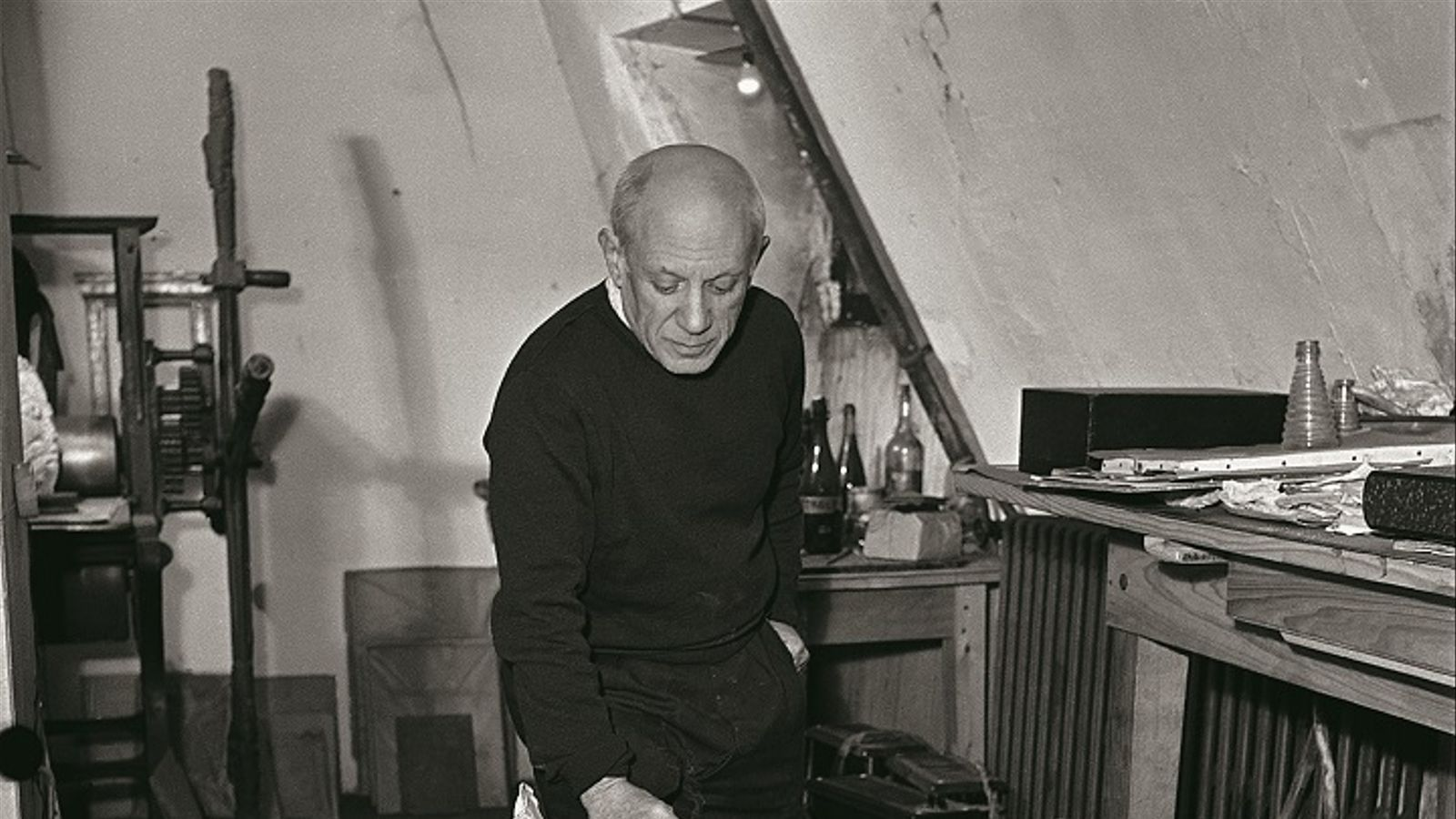 Pablo Picasso contemplant l'obra 'Jamais' al seu taller del carrer dels Grands-Agustins