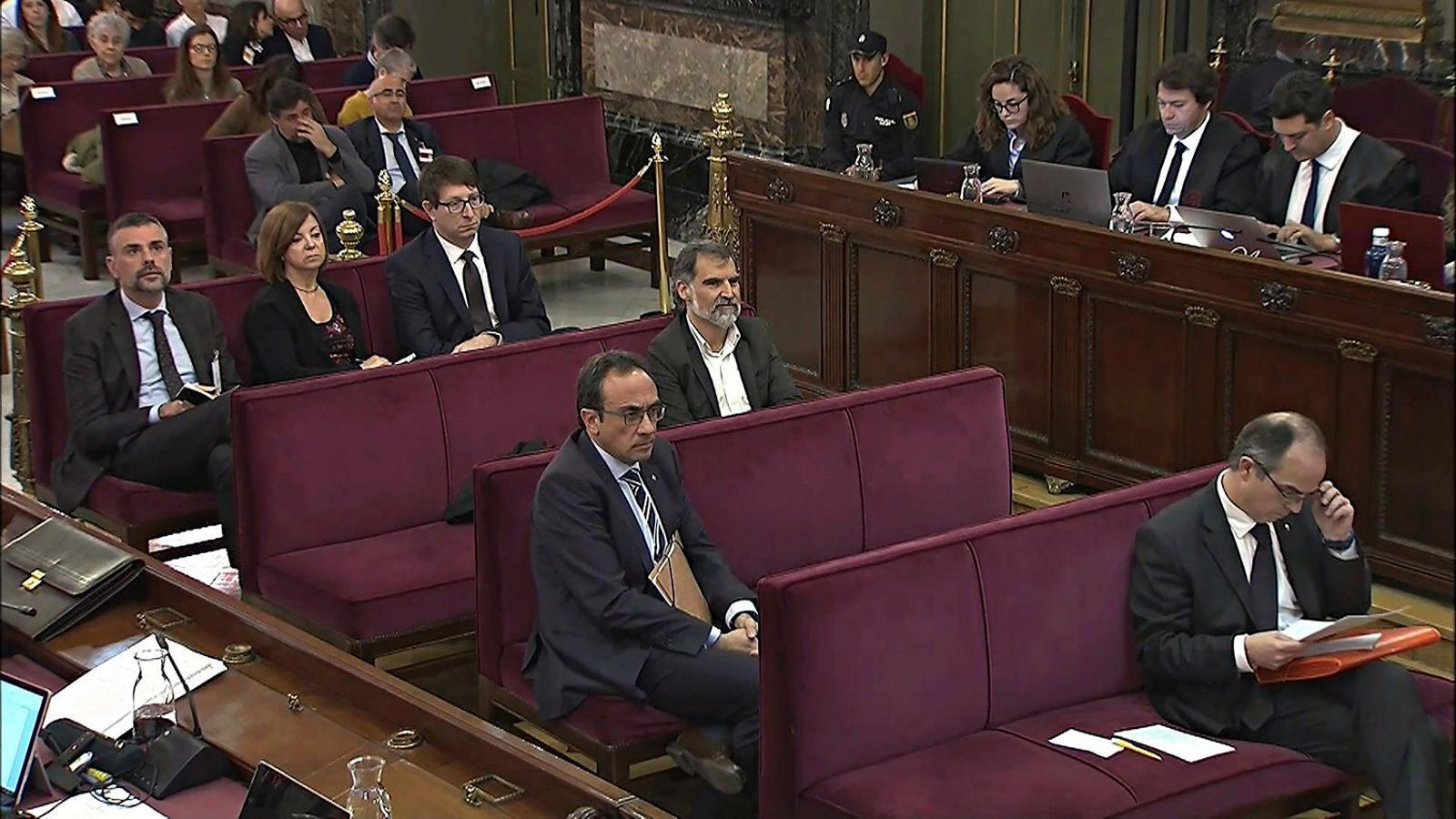 Josep Rull, en primer terme, i Jordi Cuixart i Carles Mundó, al darrere, durant una sessió del judici del Procés al Tribunal Suprem.