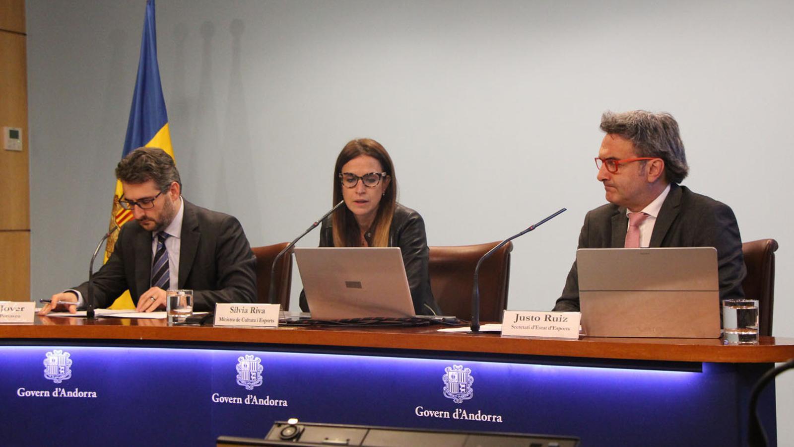 El ministre portaveu, Eric Jover; la ministra de Cultura i Esports, Sílvia Riva, i el secretari d'Estat d'Esports, Justo Ruiz, durant la presentació dels becats pel Programa d'Alt Rendiment (ARA). / M. P. (ANA)