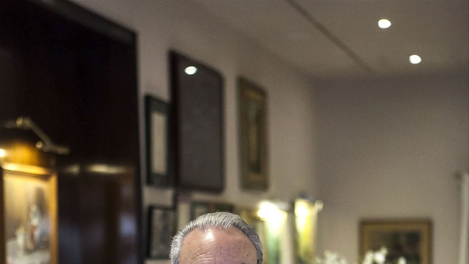 Isidre Gironès és el propietari de Ca l'Isidre. A les fotos petites, una espatlla de cabrit i un filet preparats al restaurant.