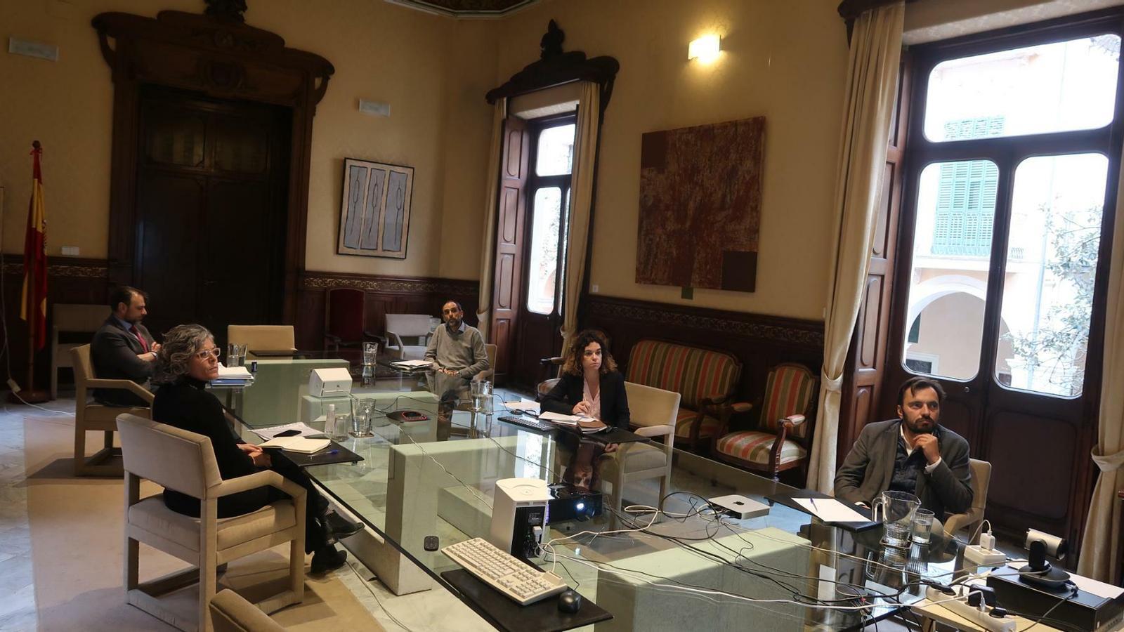 La consellera d'Hisenda i Relacions Exteriors, Rosario Sánchez, acompanyada dels directors generals de Pressuposts, de Tresoreria i Política Financera i de Cooperació Local i Patrimoni i l'interventor general.
