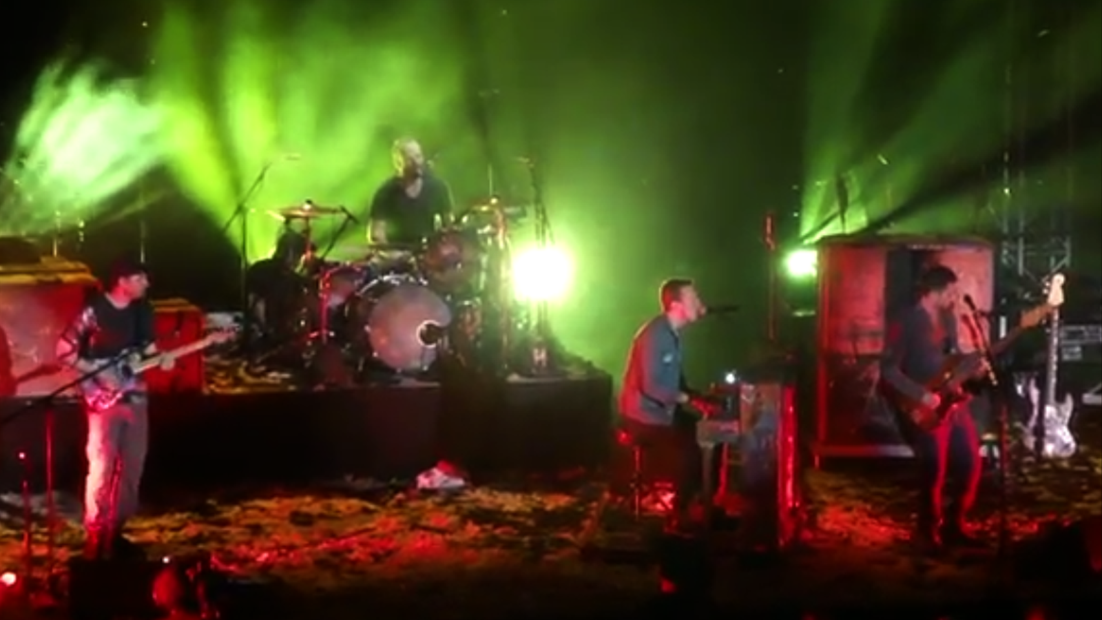 Coldplay homenatje Amy Winehouse cantant 'Rehab'