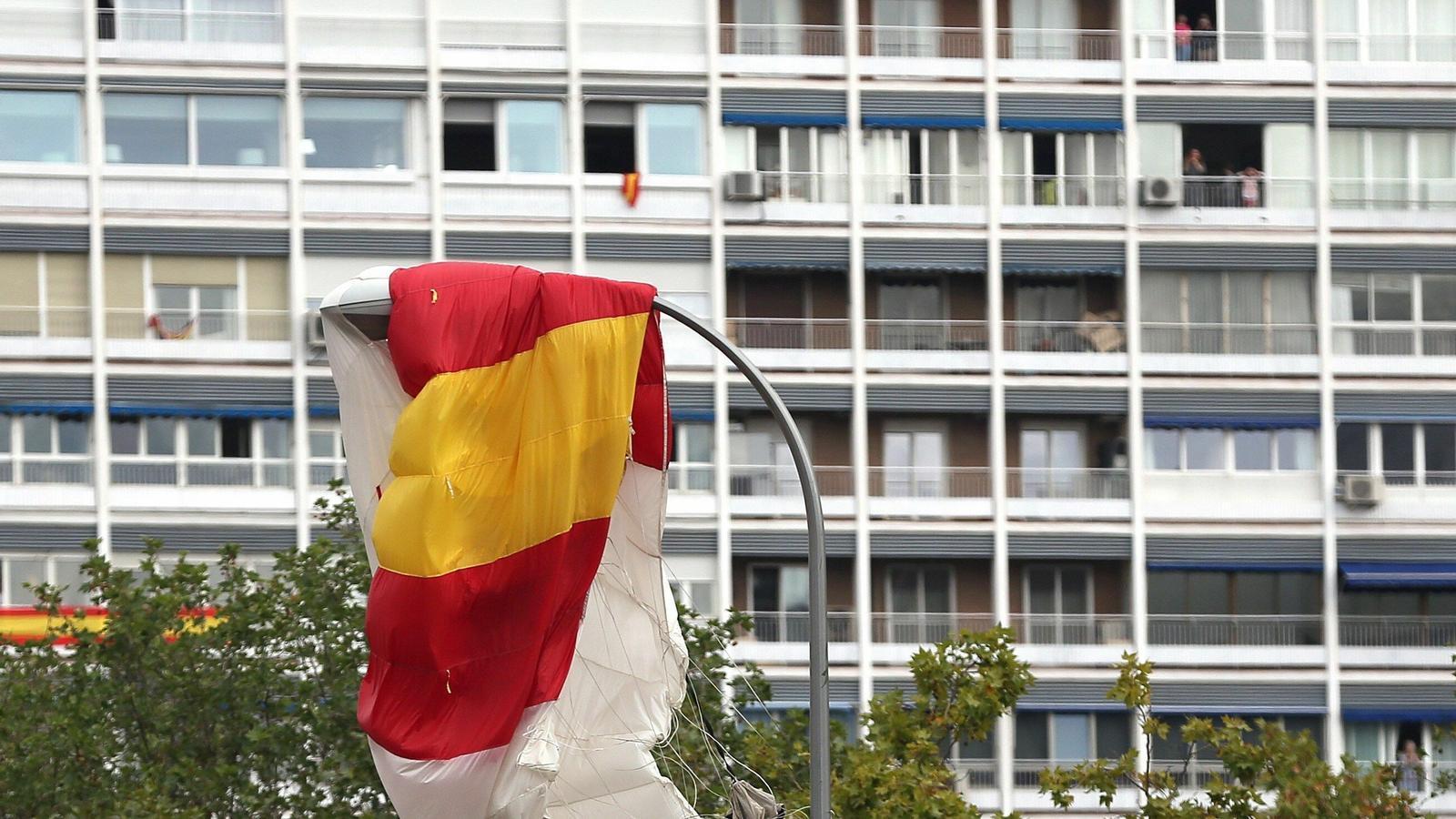 VÍDEO: un paracaigudista de l'Exèrcit topa amb un fanal i es queda penjat mentre hissava la bandera espanyola el 12-O