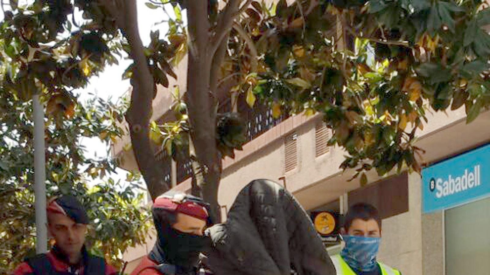 Un dels detinguts vinculats amb l'assassinat de Jordi Comas, surt custodiat pels Mossos d'Esquadra després de l'escorcoll al carrer doctor Fleming de Platja d'Aro / ACN