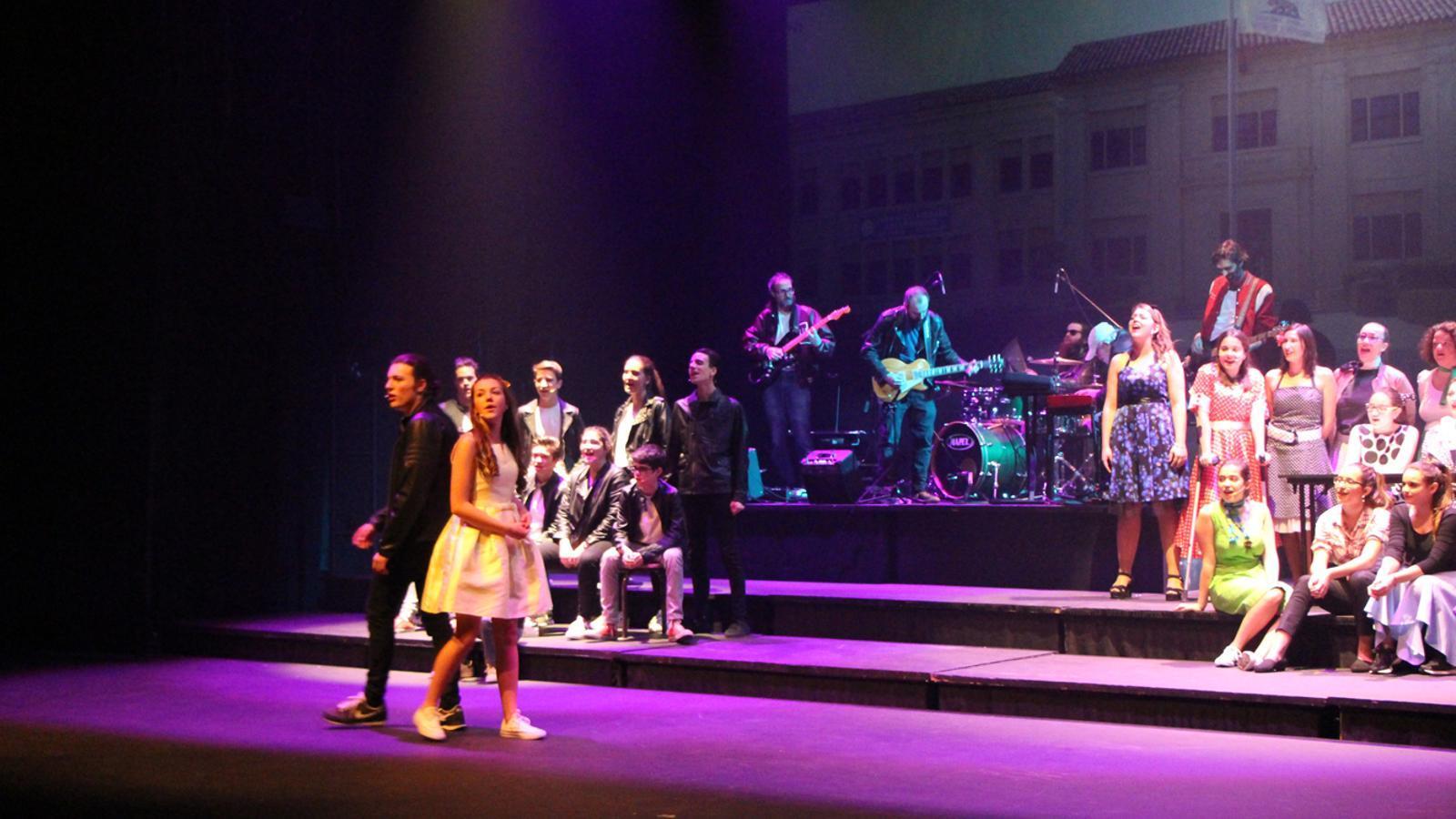 En Danny i la Sandy amb les seves colles d'amics, en un moment del musical 'Grease' de Sant Julià de Lòria. / L. M. (ANA)