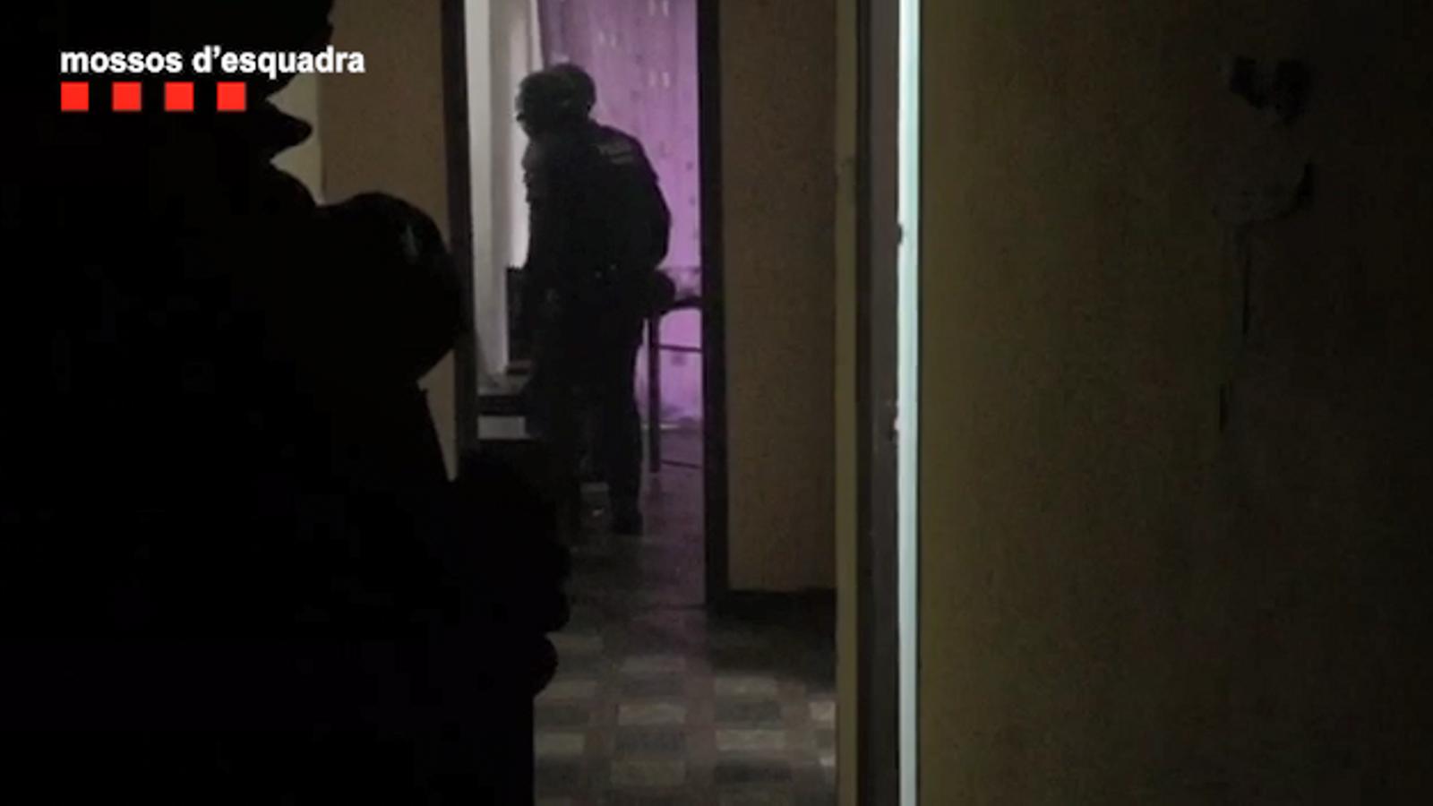 Escorcoll dels Mossos a un narcopís del carrer Marquès de Barberà