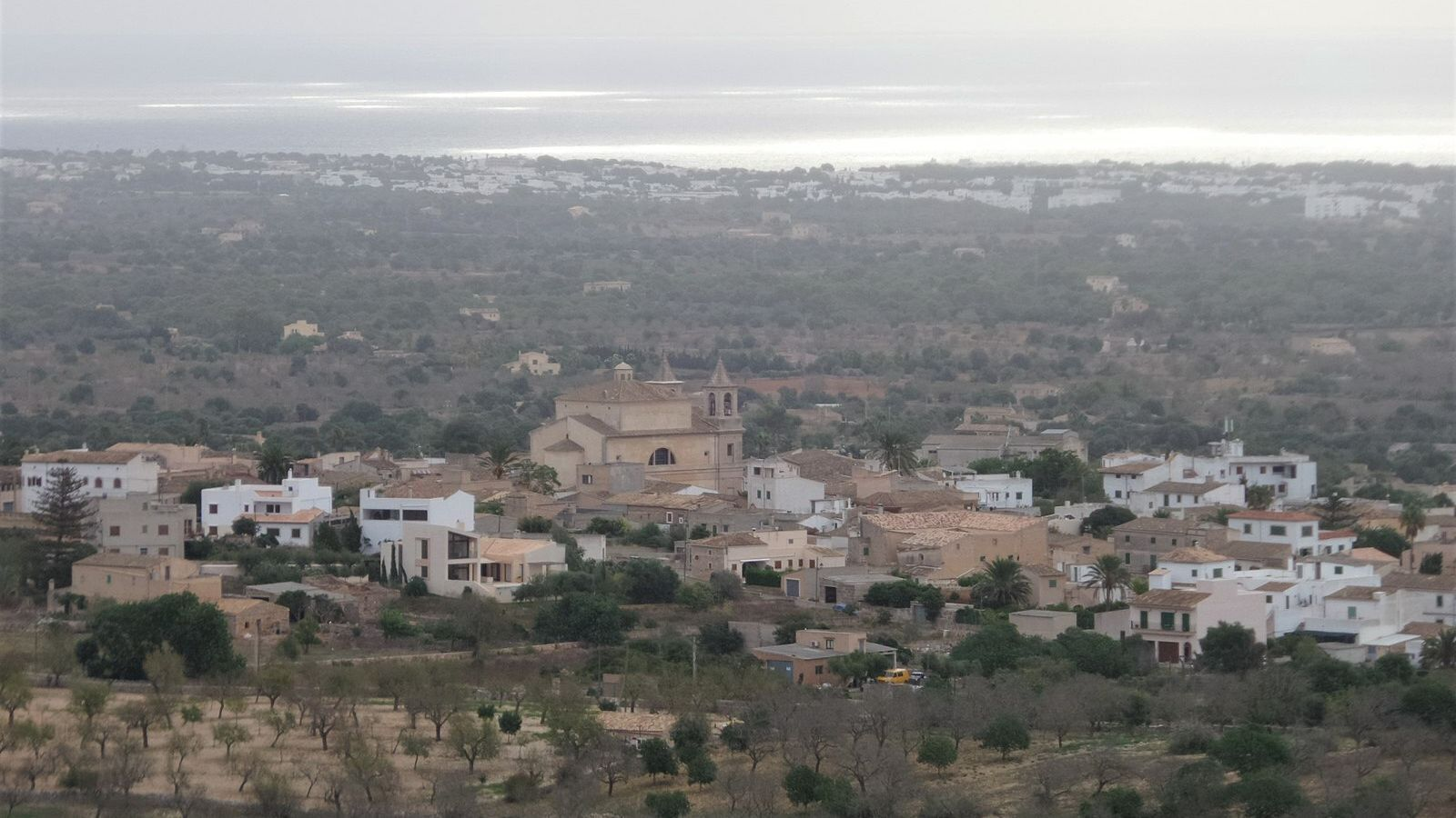 Vista aèria del poble de s'Alqueria Blanca amb el mar al fons.