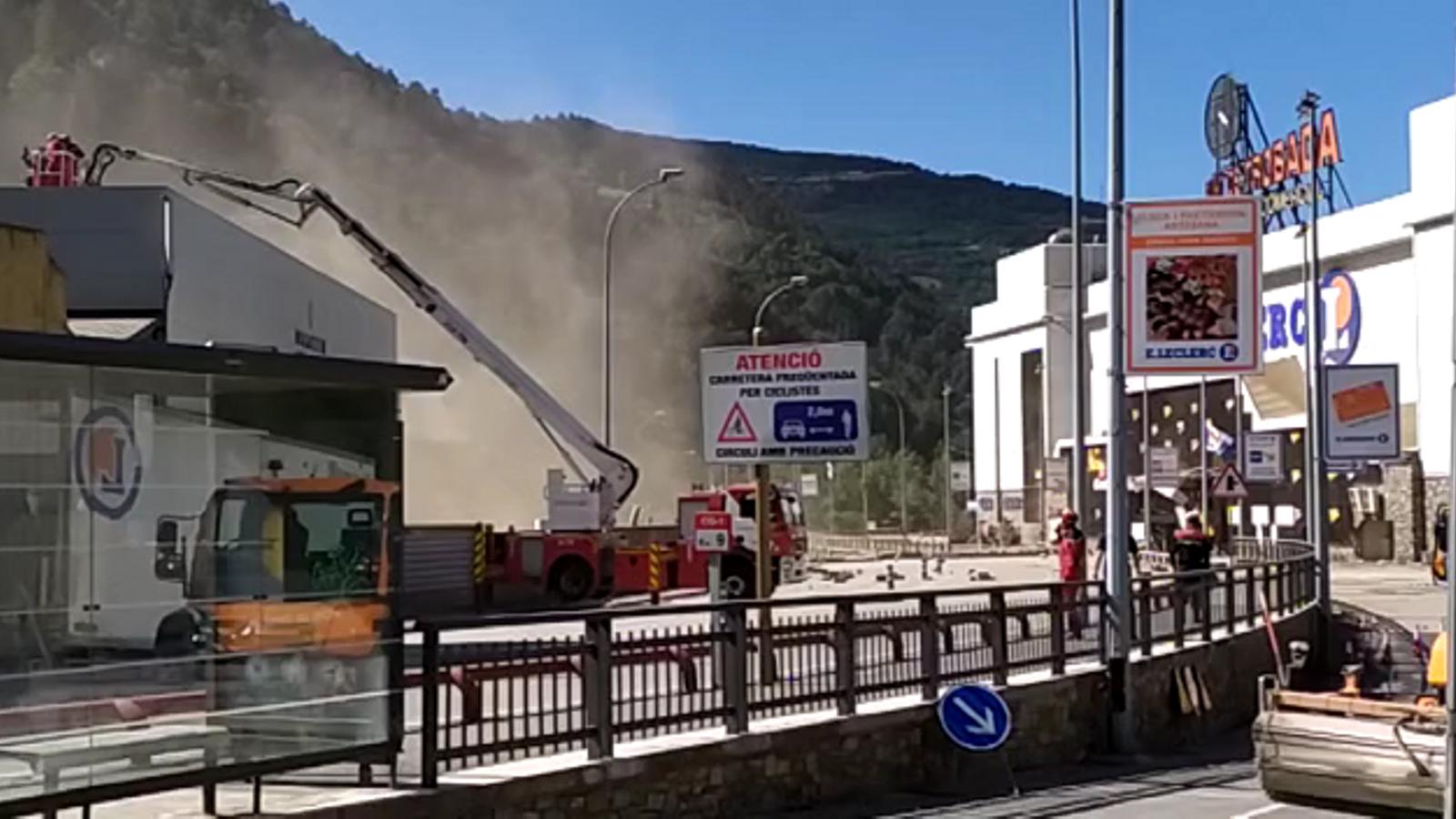 Vídeo de la zona on s'aprecia que encara cauen pedres a les onze del matí