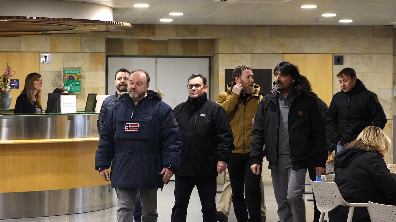 El representants sindicals, amb el portaveu Gabriel Ubach al capdavant, arriben a l'edifici administratiu de Govern. / M. F. (ANA)