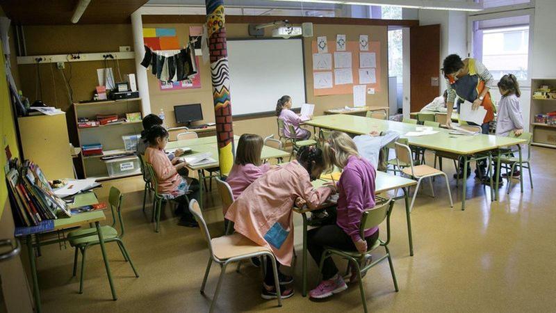Una mestra en una aula, en una imatge d'arxiu.