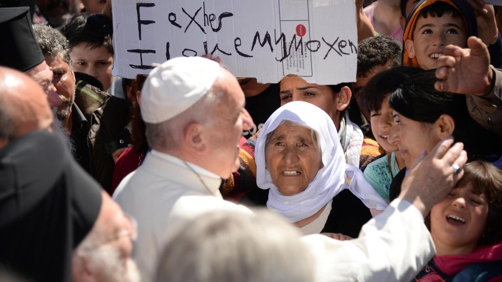 El papa Francesc marxa de Lesbos amb tres famílies de refugiats sirians que seran acollits al Vaticà