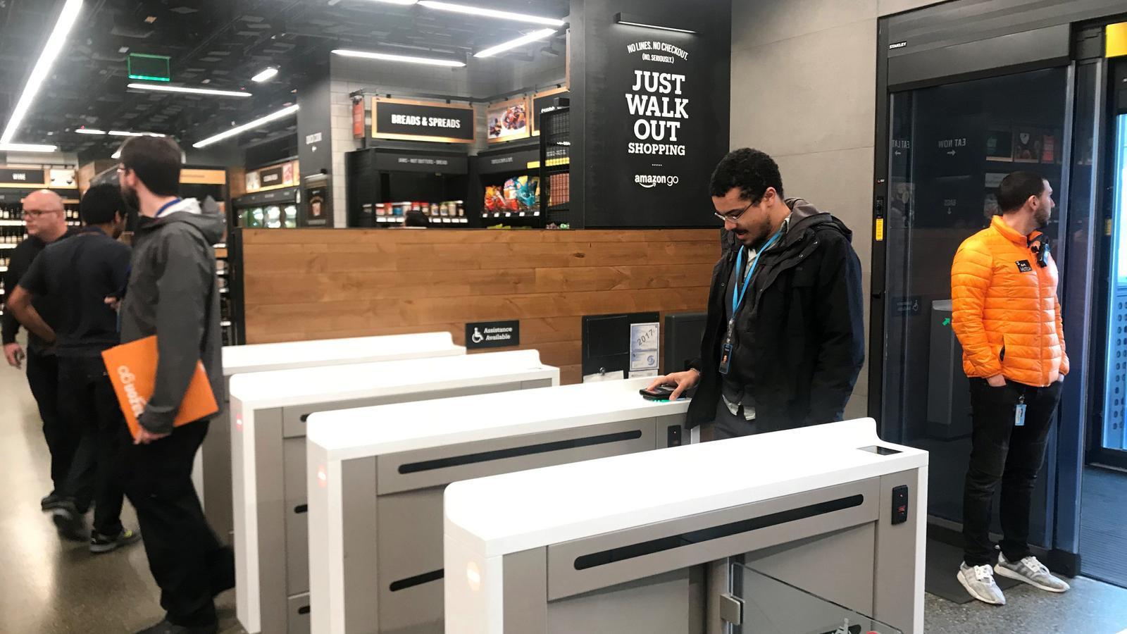 Un client escaneja el seu compte a Amazon Go amb el mòbil per entrar a la botiga.