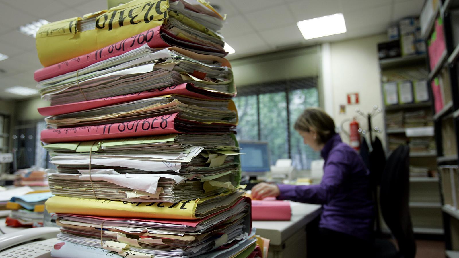 TONES DE PAPER Els jutjats generen milers de folis diaris que compliquen l'organització i en dificulten els processos.