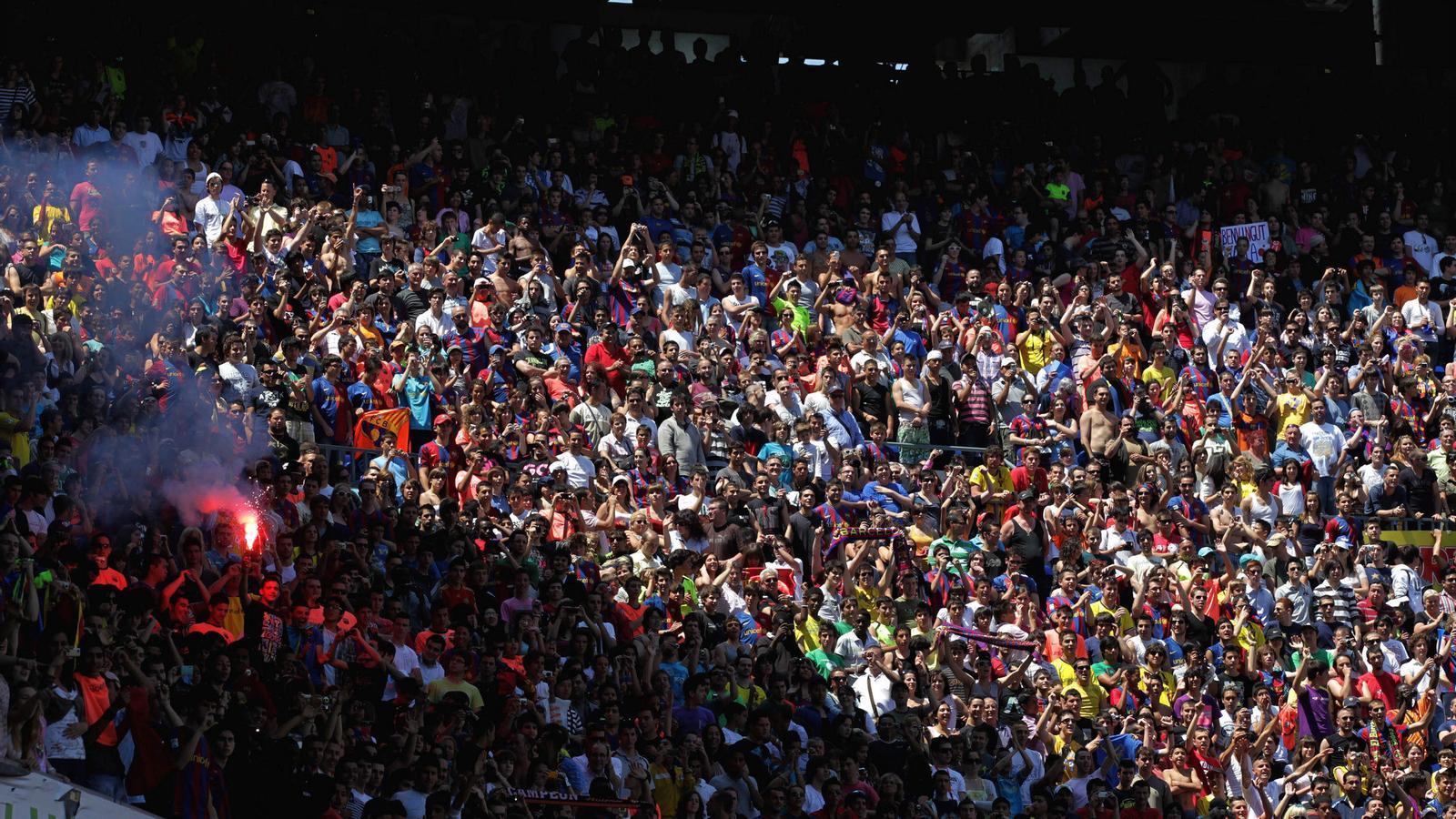Sense fum Els seguidors del Barça que omplen el Camp Nou pot ser que vegin com se'ls prohibeix fumar a la graderia. / ALBERTO ESTÉVEZ / EFE