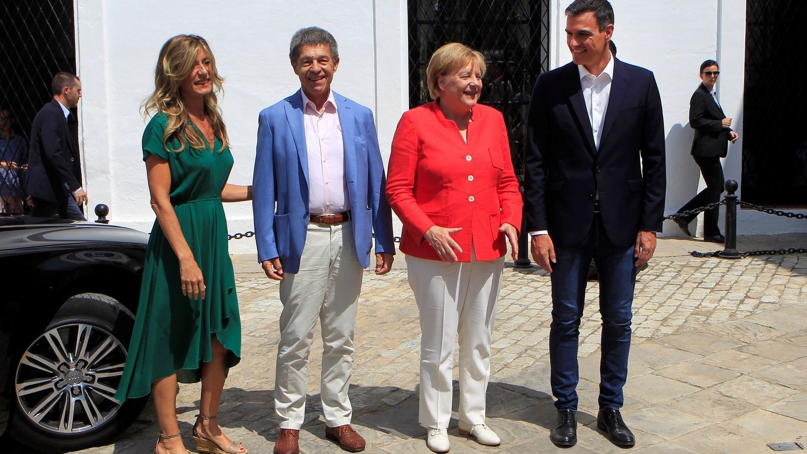 La cancellera alemanya, Angela Merkel, i el seu marit, Joachim Sauer, rebuts a l'entrada del Palacio de los Guzmanes pel president espanyol, Pedro Sánchez, i la seva dona, Begoña Gómez