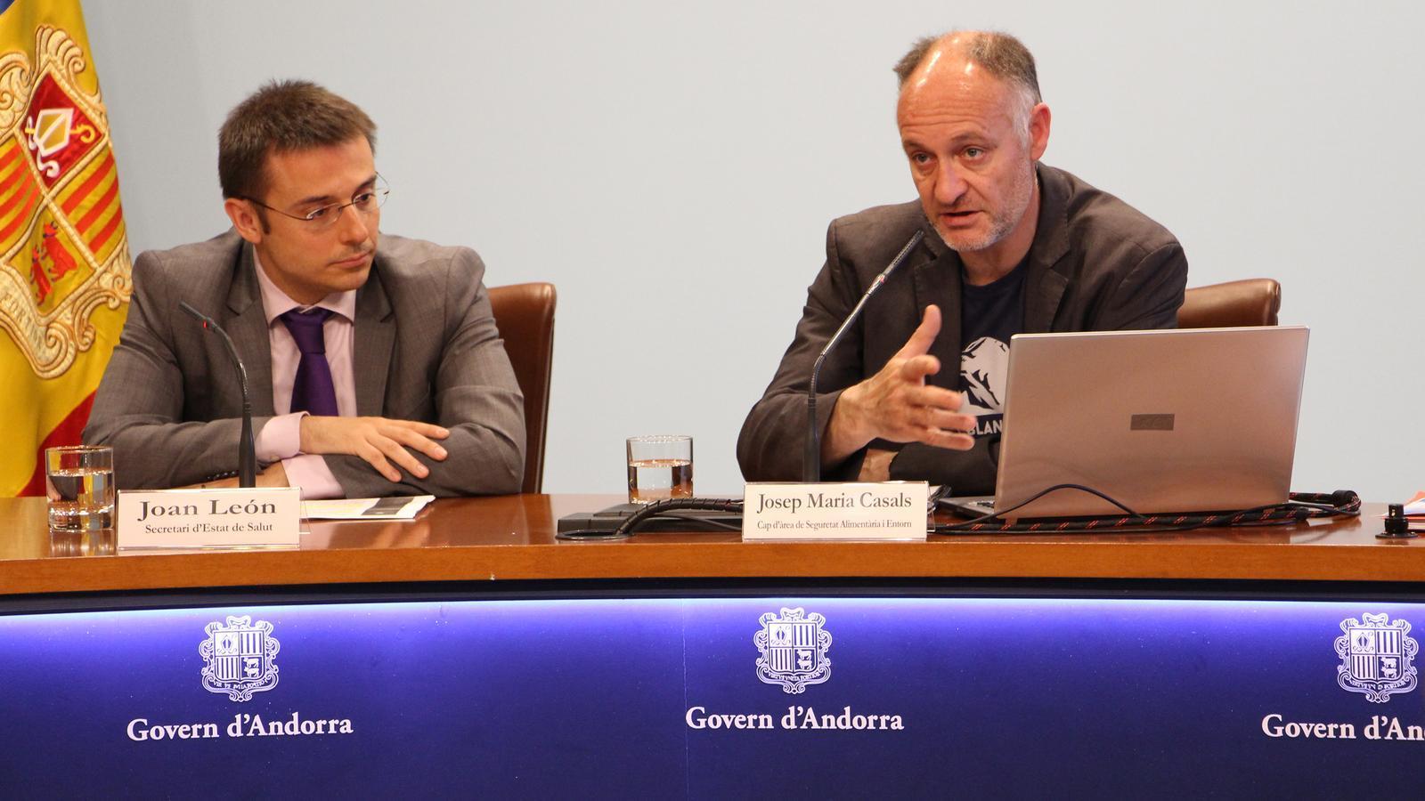 El secretari d'Estat de Salut, Joan León, i el cap d'àrea de Seguretat Alimentària i Entorn, Josep Maria Casals, presenten la memòria de Seguretat Alimentària del 2017. / C.G. (ANA)