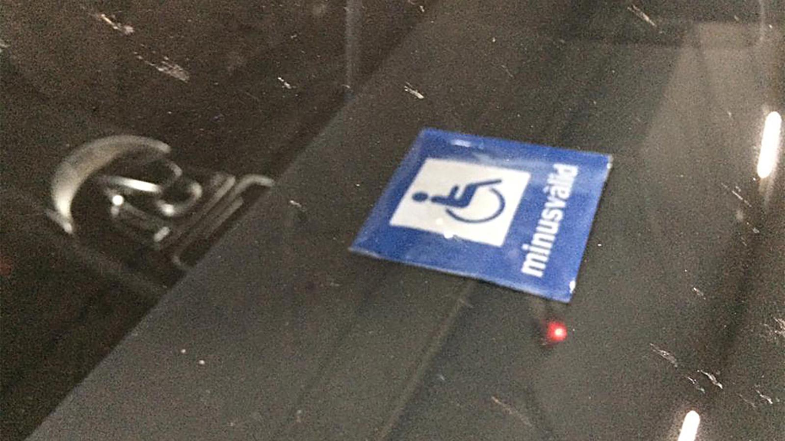 La targeta falsa que circula entre alguns vehicles del Principat. / Amida