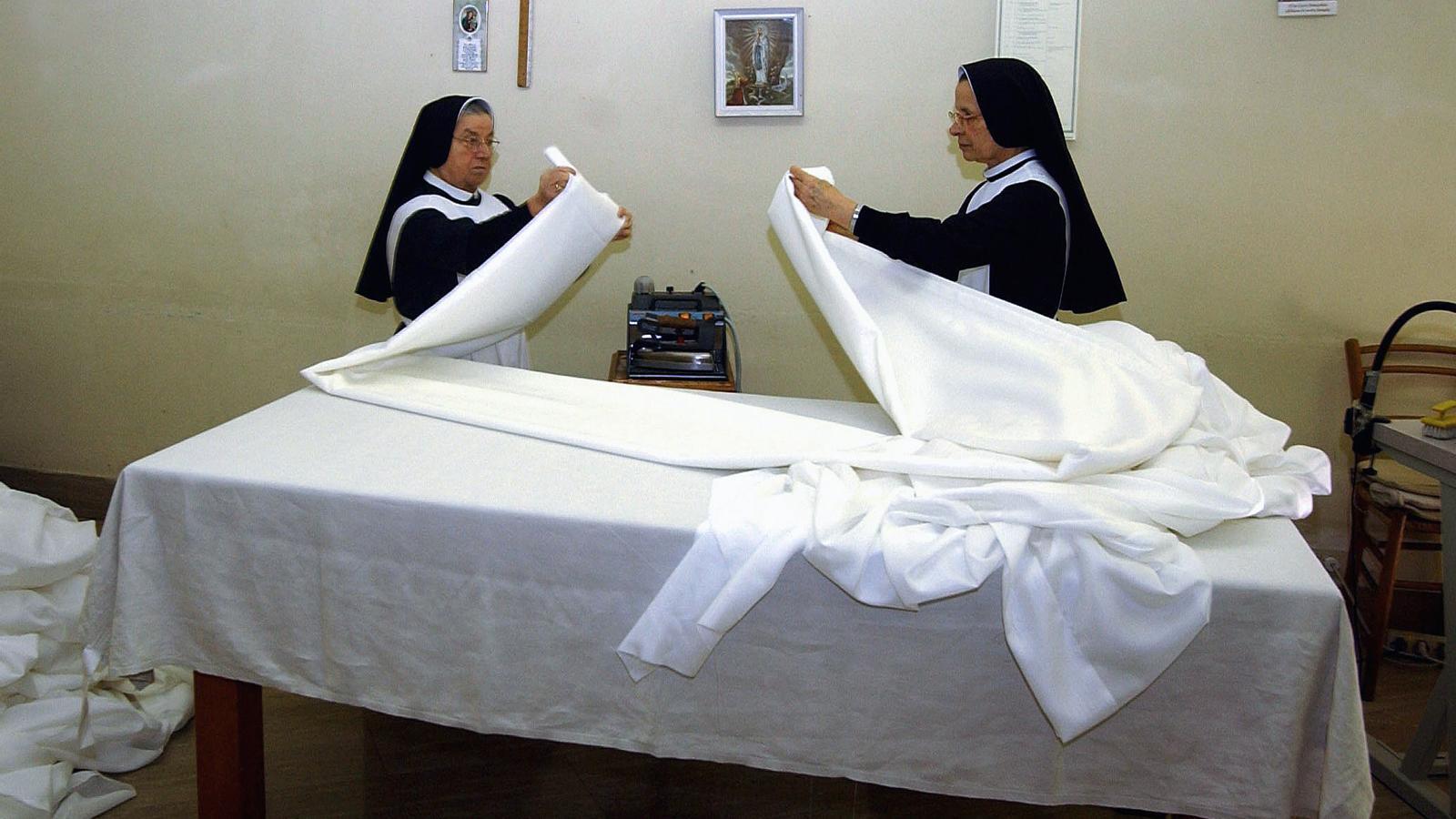 """Dues monges treballen al Vaticà. L'edició de març del suplement femení de 'L'Osservatore Romano' va denunciar que les monges són tractades com a servidores contractades per a cardenals i bisbes, a qui cuinen i netegen. Una monja va explicar que tot i que serveixen al clergat, """"rarament se les convida a seure a les taules que serveixen""""."""