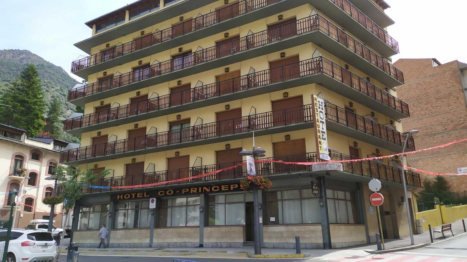 L'aparador del Hotel Coprínceps va patir actes vandàlics que ja han estat reparats. / M. R. F.