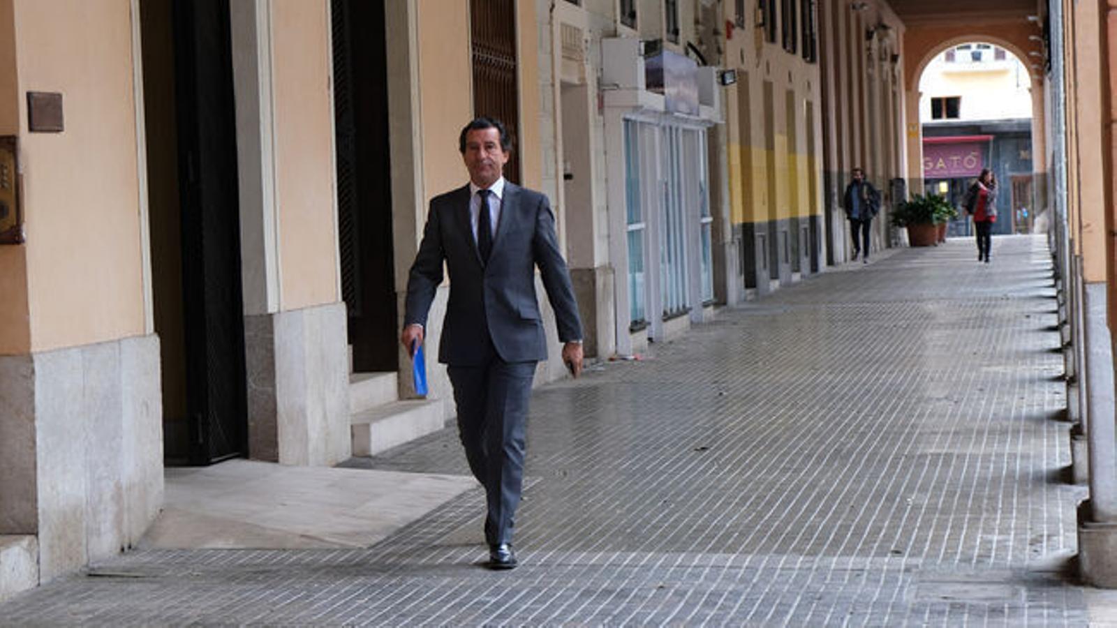 El president del PP balear, Biel Company, arribant al Parlament. / ISAAC BUJ