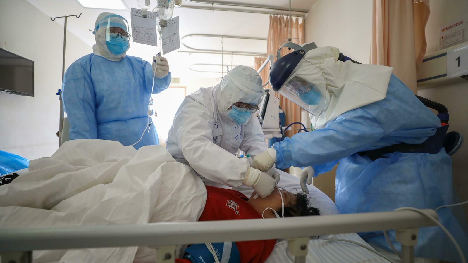 Els sanitaris xinesos: víctimes i herois del coronavirus