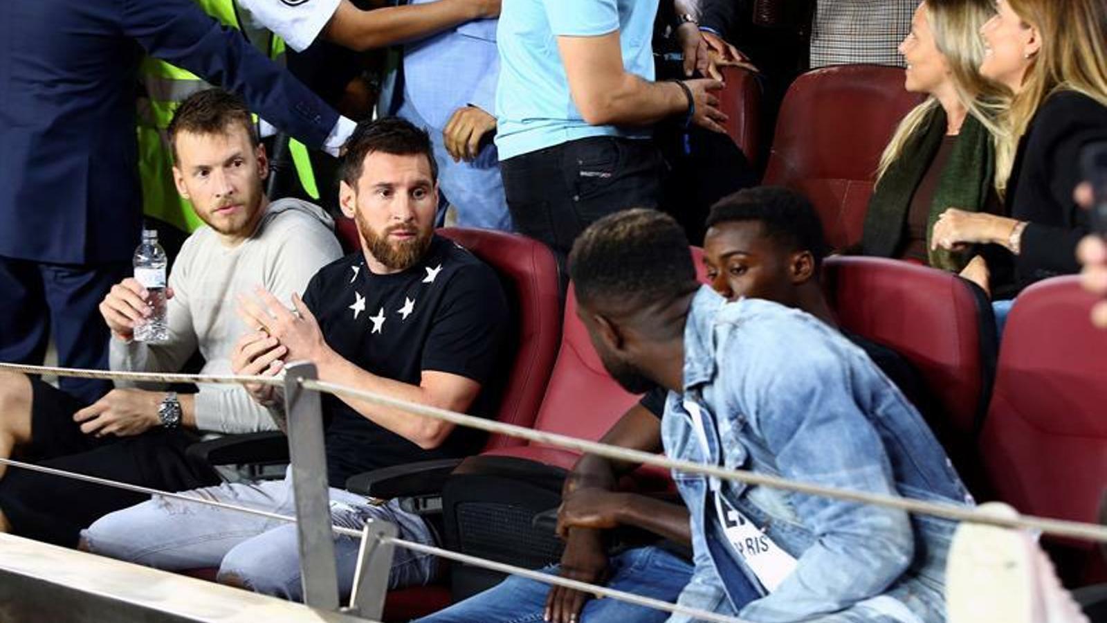 Messi, Dembélé i Umtiti, a la graderia del Camp Nou abans del Barça-València