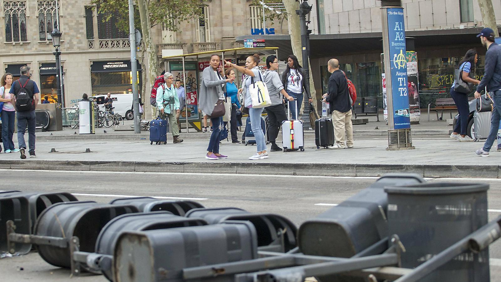 Imatge de la plaça Catalunya de Barcelona ahir després dels aldarulls de divendres a la nit.