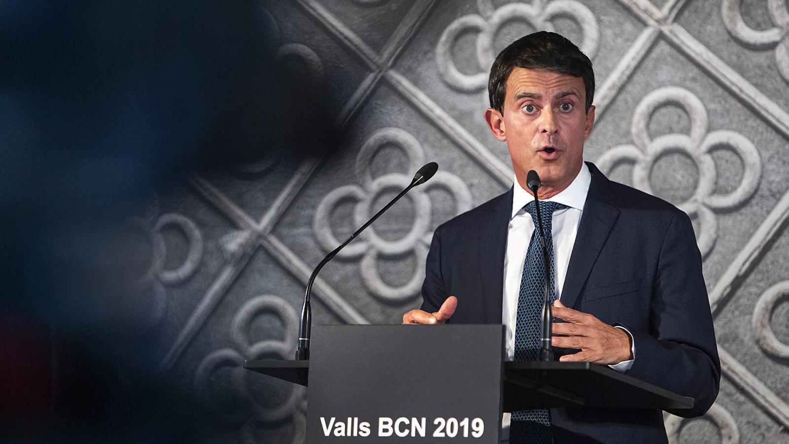 Manuel Valls va comparèixer ahir en solitari al CCCB, amb el panot barceloní com a imatge de fons, per proclamar la seva candidatura.