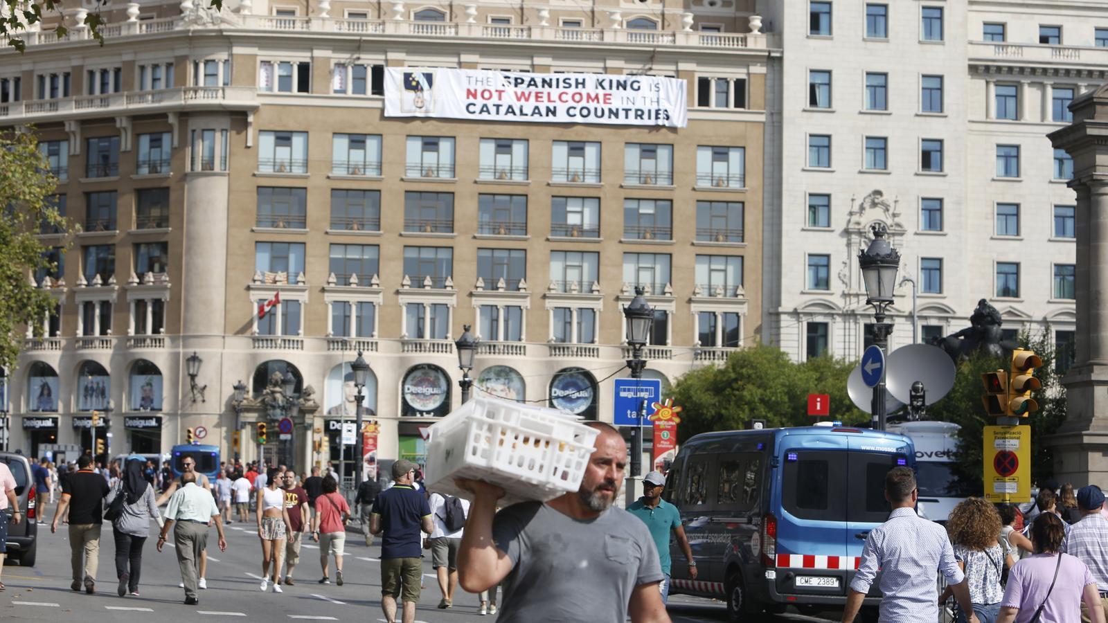 Pancarta a la plaça de Catalunya en contra de la presència de Felip VI en als actes d'homenatge a les víctimes del 17-A