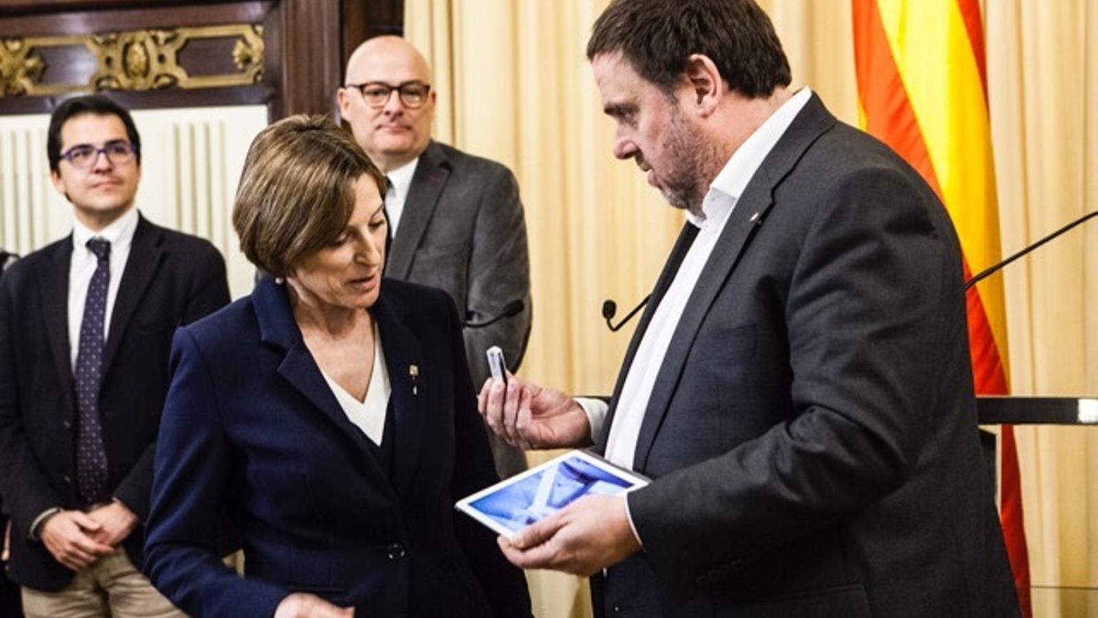 El vicepresident de la Generalitat, Oriol Junqueras, entrega els pressupostos a la presidenta del Parlament, Carme Forcadell.