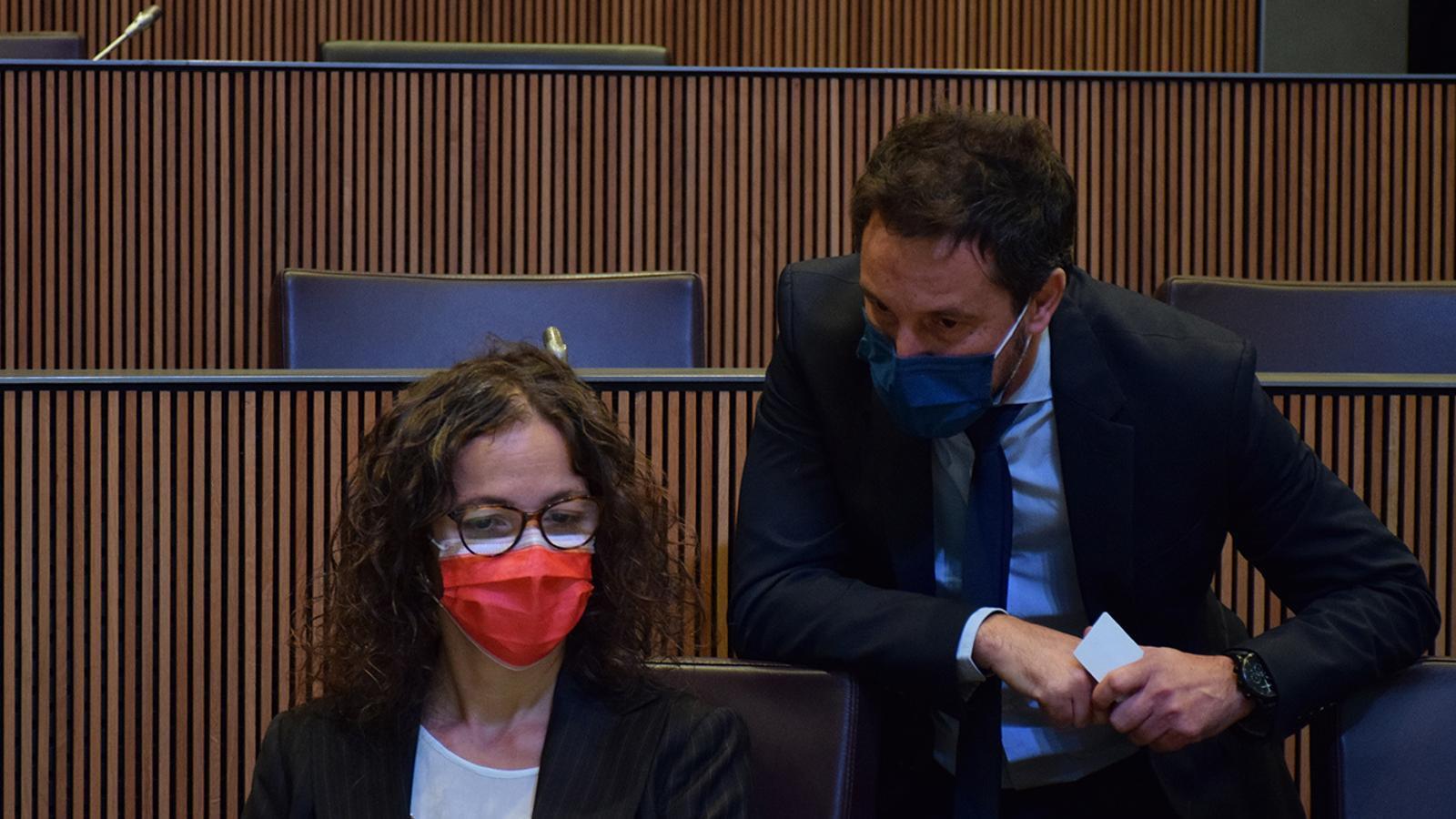 El president i la presidenta suplent del grup parlamentari socialdemòcrata, Pere López i Judith Salazar. / M. F. (ANA)