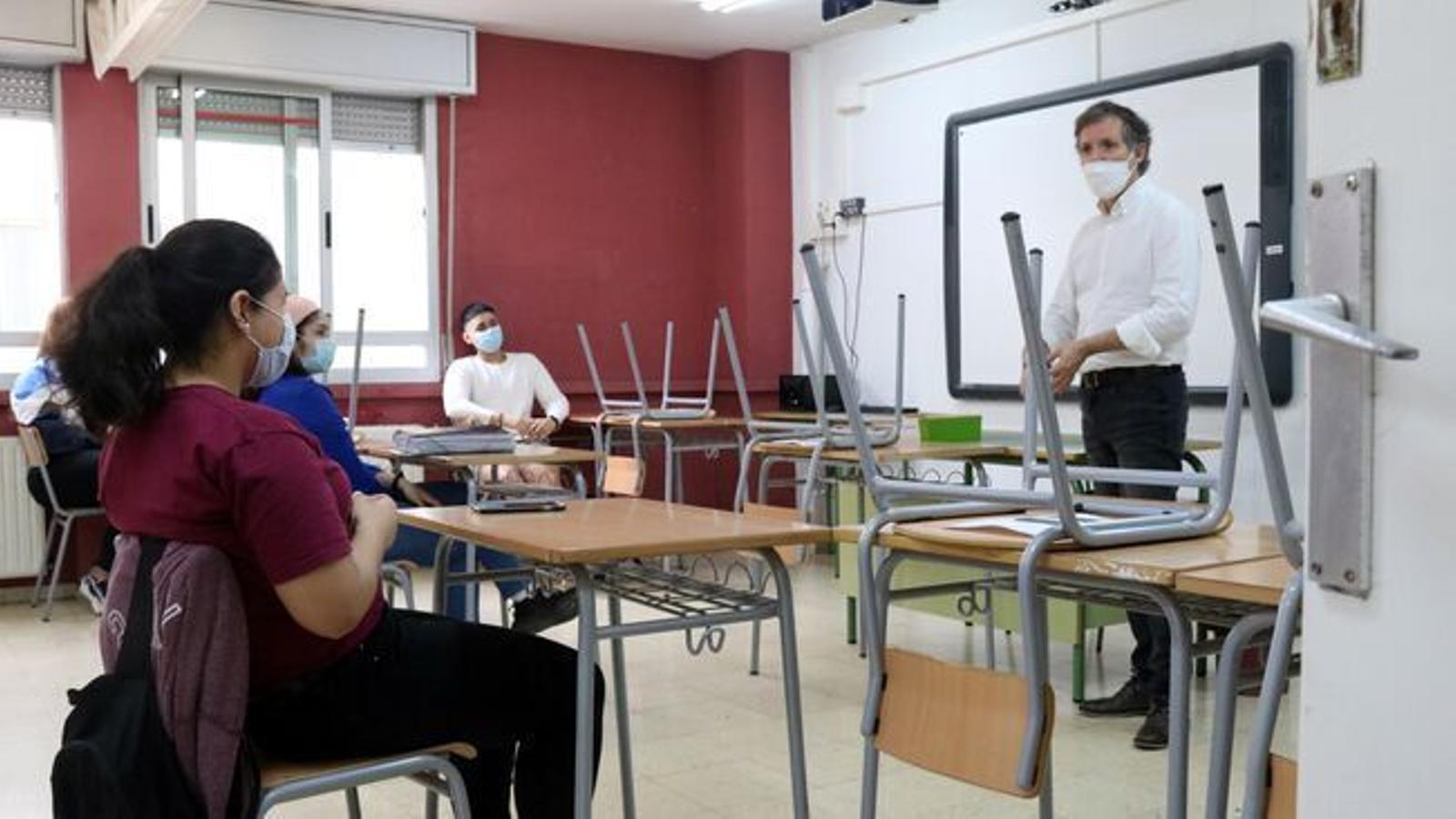 Un professor i els seus alumnes a una aula d'un centre educatiu