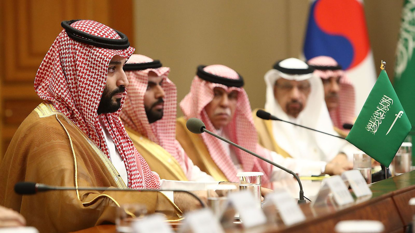 Mohamed bin Salman ha hagut d'apujar impostos i possiblement reduirà les ambicioses inversions que preveia fer.