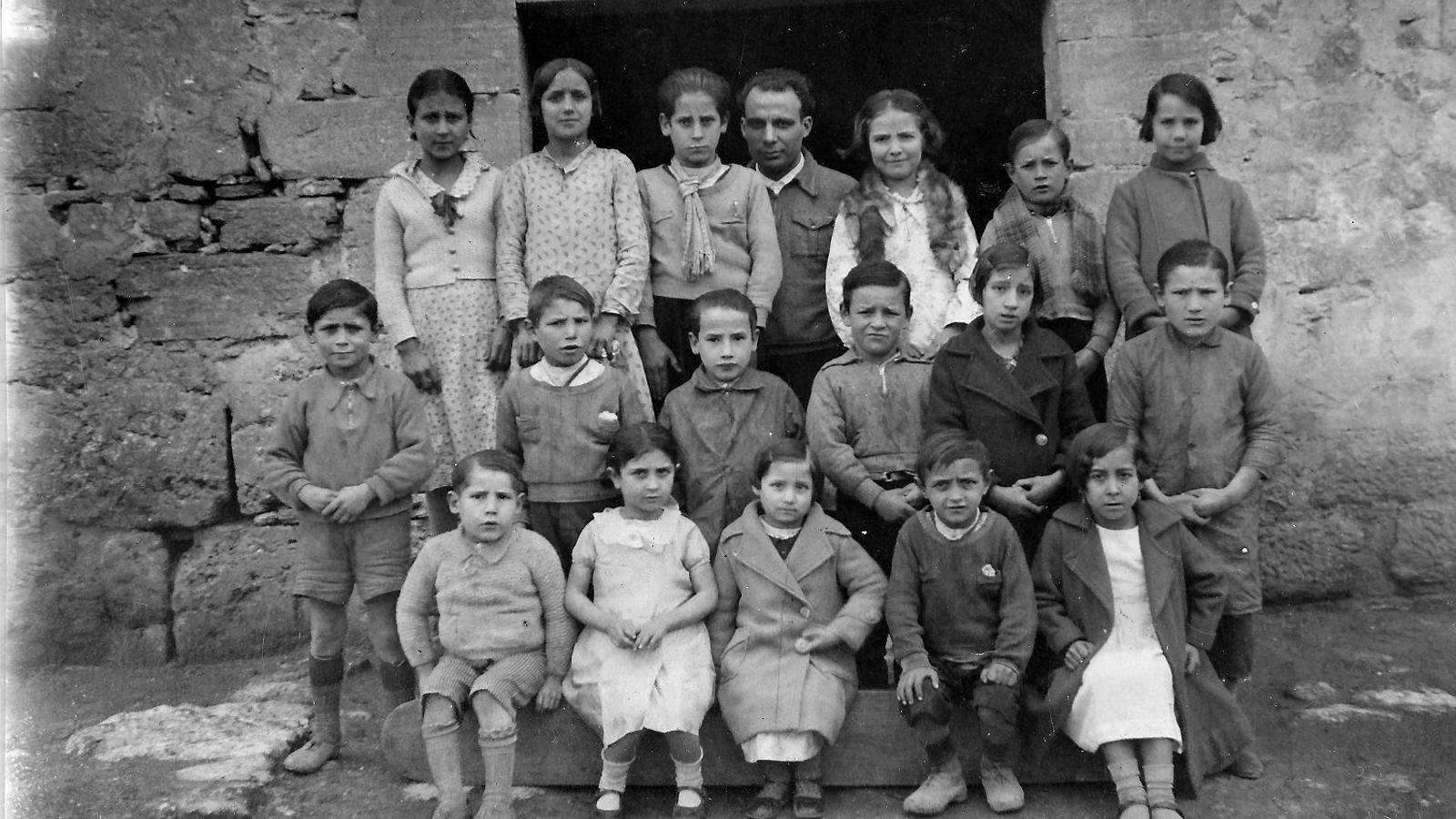 Una foto dels anys trenta del mestre Antoni Benaiges amb els seus alumnes a la porta de l'escola en una de les poques imatges del mestre que es conserven i que ha cedit el Museu Martítim de Barcelona per reproduir-la