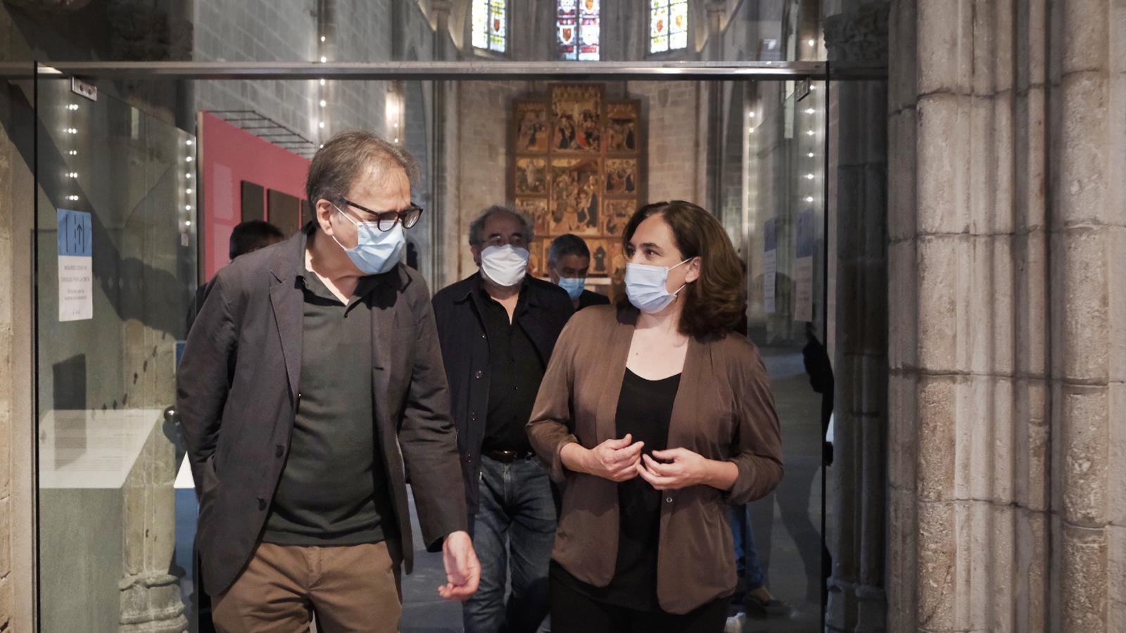 Joan Subirats, Ada Colau i Joan Roca, director del Muhba, sortint de la capella de Santa Àgata,  al Museu d'Història de Barcelona