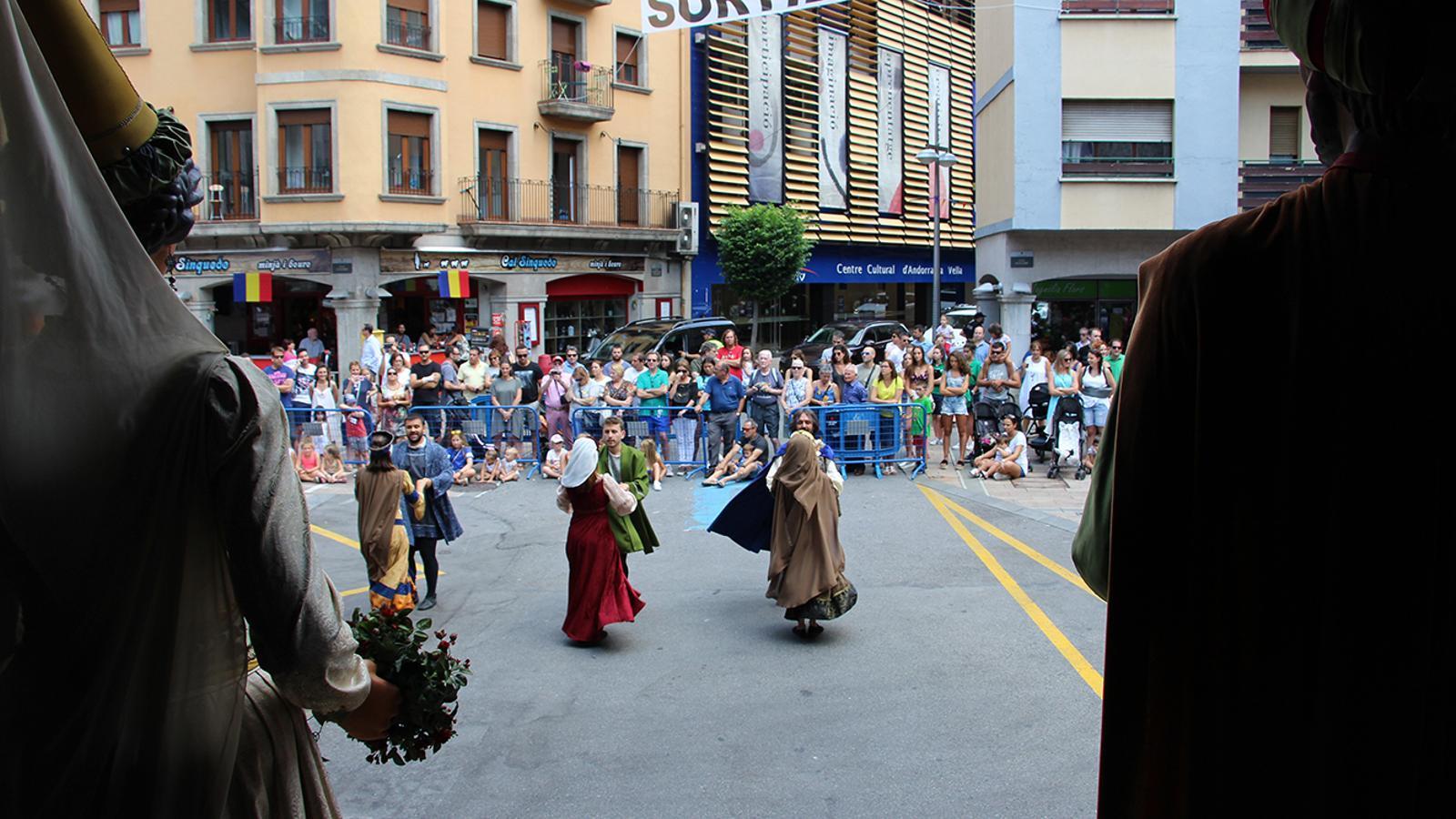A la plaça Guillemó s'han aplegat centenars de persones per gaudir del ball de gegants i de l'esbart. / P. R.