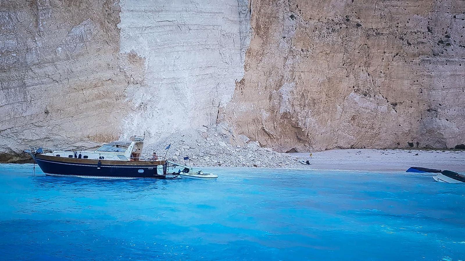 La paret lateral de la platja grega de Navagio després de l'esllavissada, que ha causat que algunes embarcacions bolquessin
