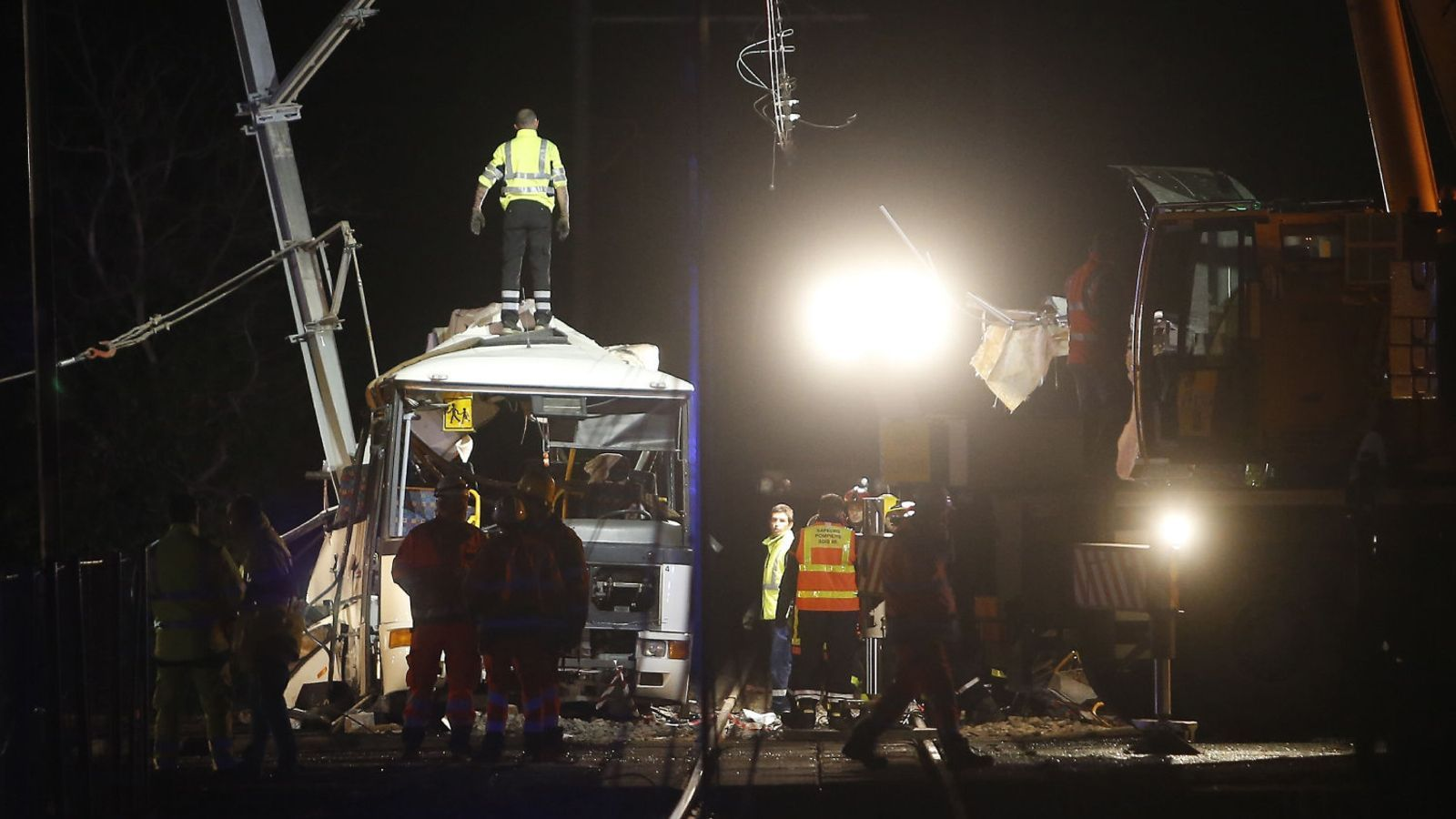 Els bombers treballant ahir al vespre al lloc de l'accident.