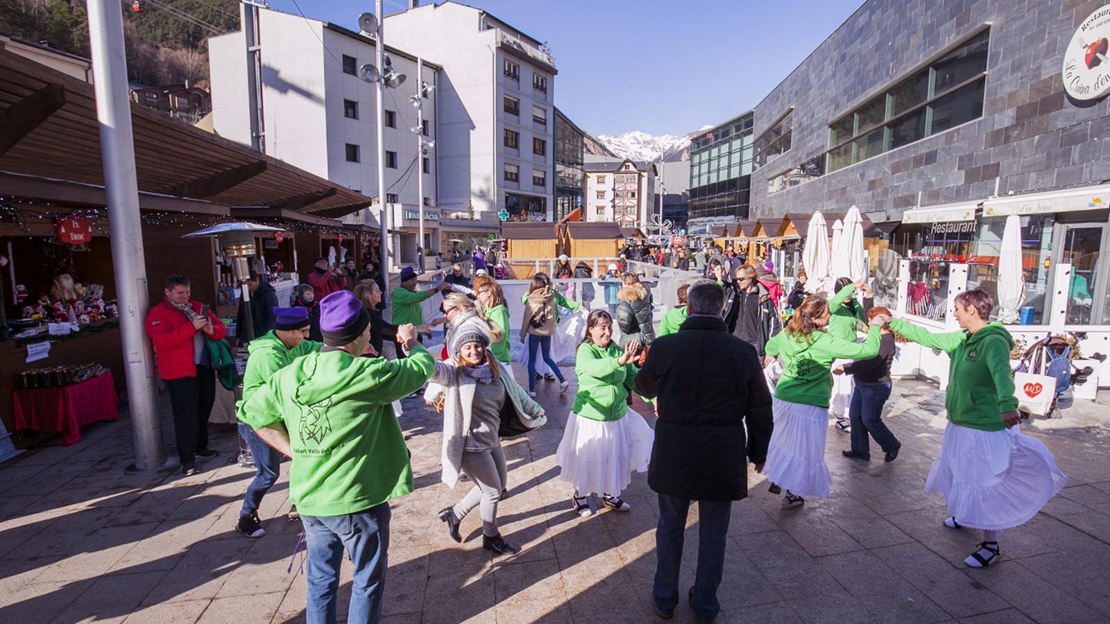 L'Esbart de les Valls del Nord ha ofert un taller de danses tradicionals aquest dissabte al Mercat de Nadal de la Massana. / Comú de la Massana/Natàlia Montané