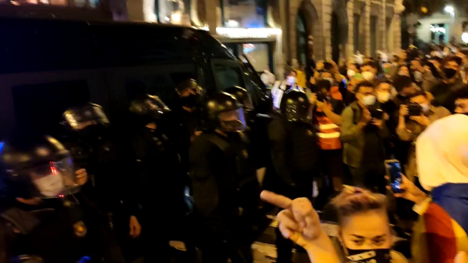 Moments de tensió a la manifestació a Sant Jaume