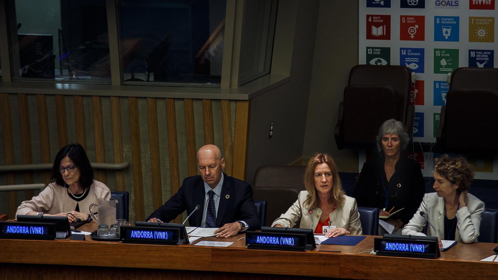 El president de la FAM, Jaume Esteve, la ministra de Medi Ambient, Sílvia Calvó, i la ministra d'Afers Exteriors, Maria Ubach, durant la presentació de l'informe. / SFG