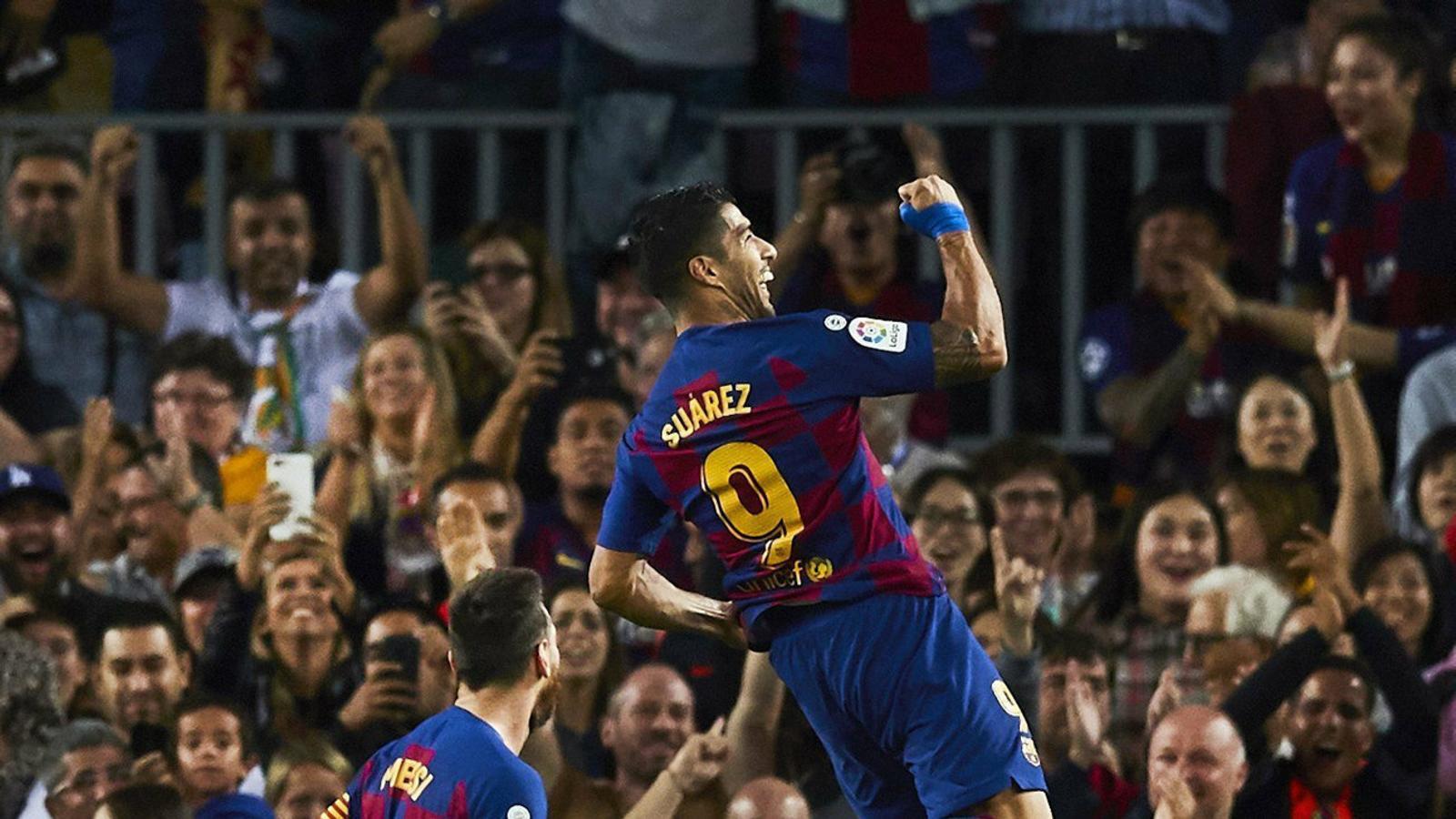 Lionel Messi celebrant amb Suárez el primer gol del partit, obra del davanter uruguaià amb una preciosa xilena que va batre el porter del Sevilla, Vaclik.