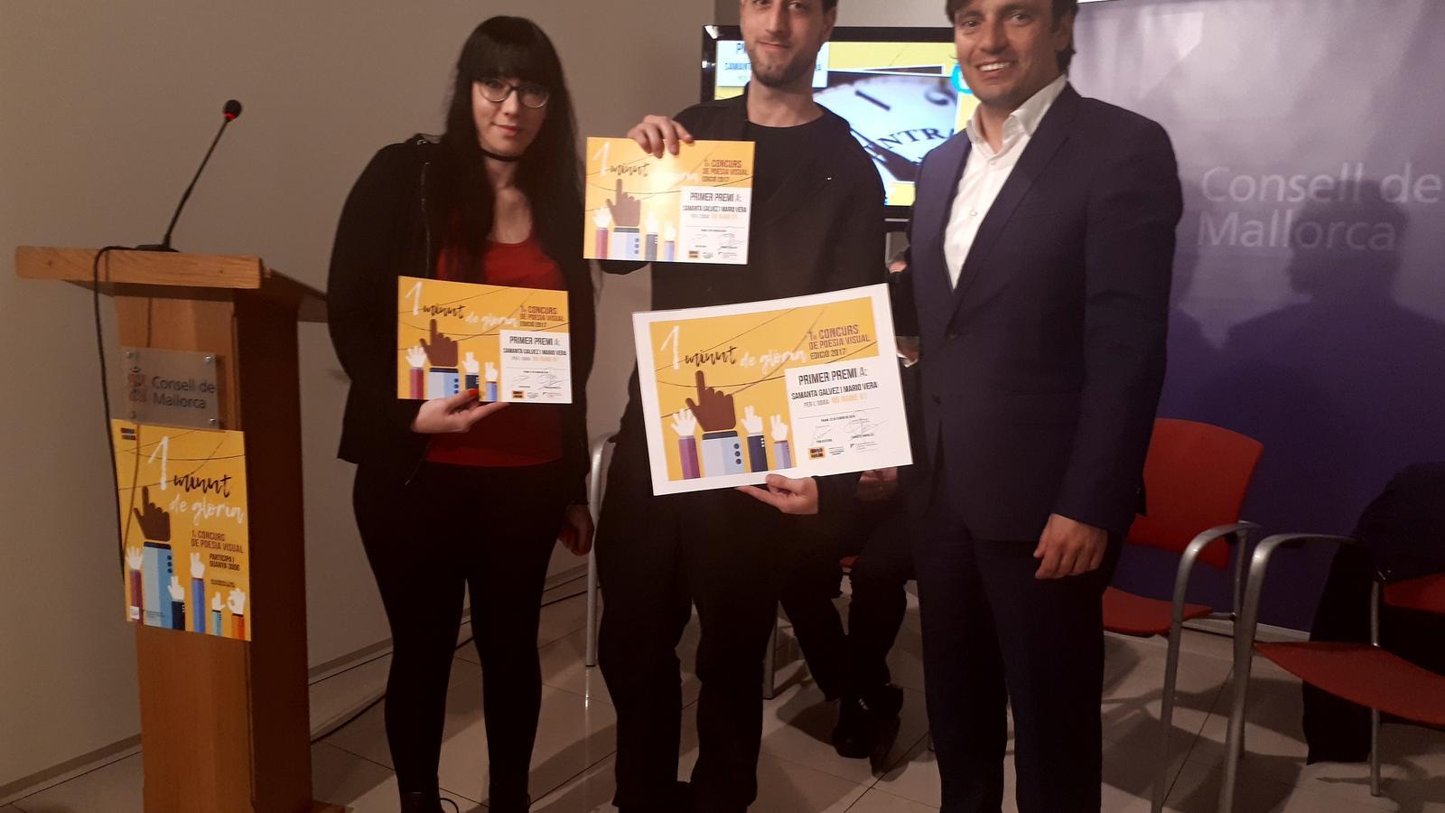 El vicepresident Francesc Miralles amb Mario Vera i Samanta Galvez, guanyadors d'aquest primer certamen de poesia visual '1 minut de gloria'.