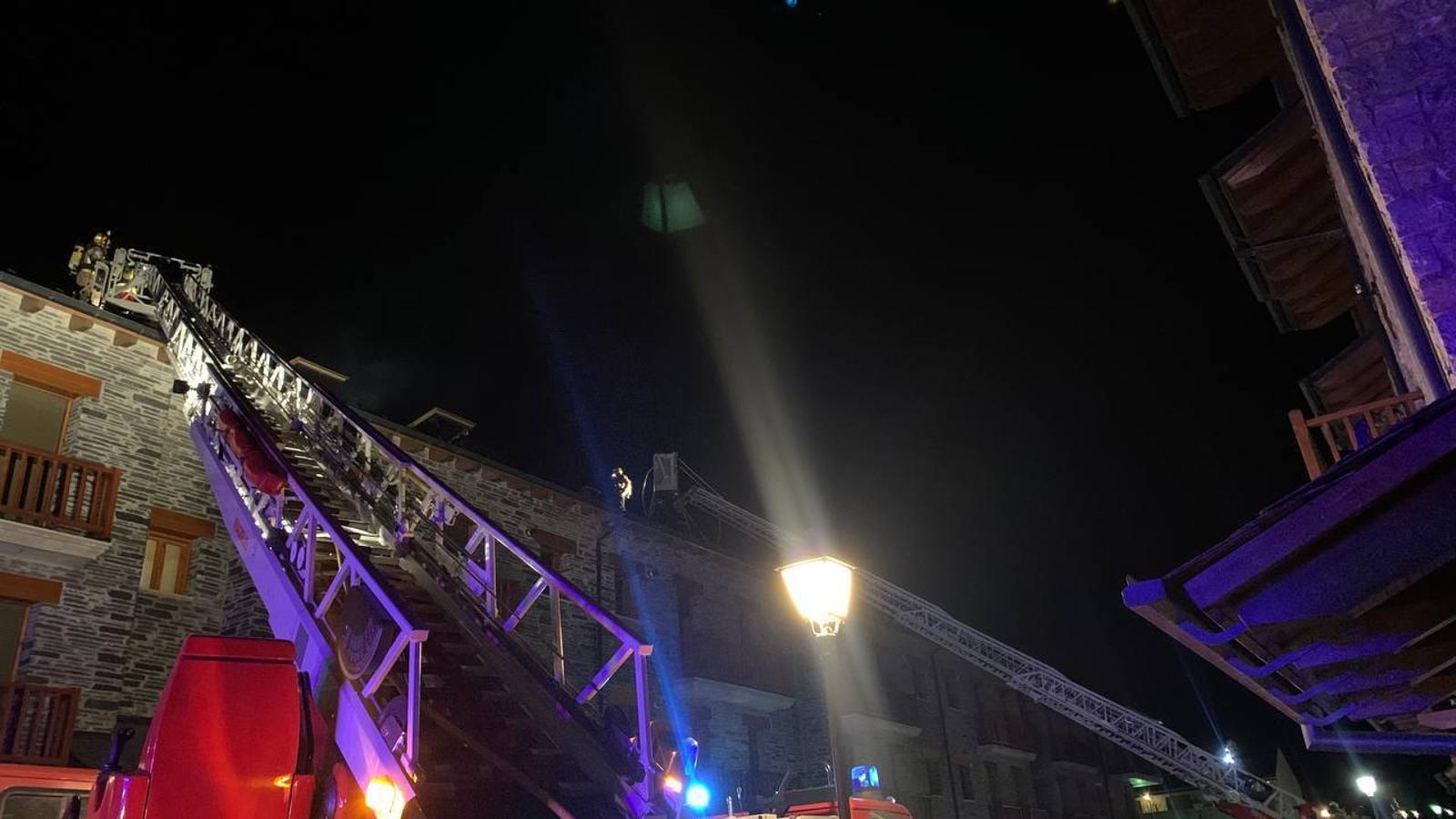 Un incendi de xemeneia obliga a desallotjar a set persones a Bellver. / BOMBERS