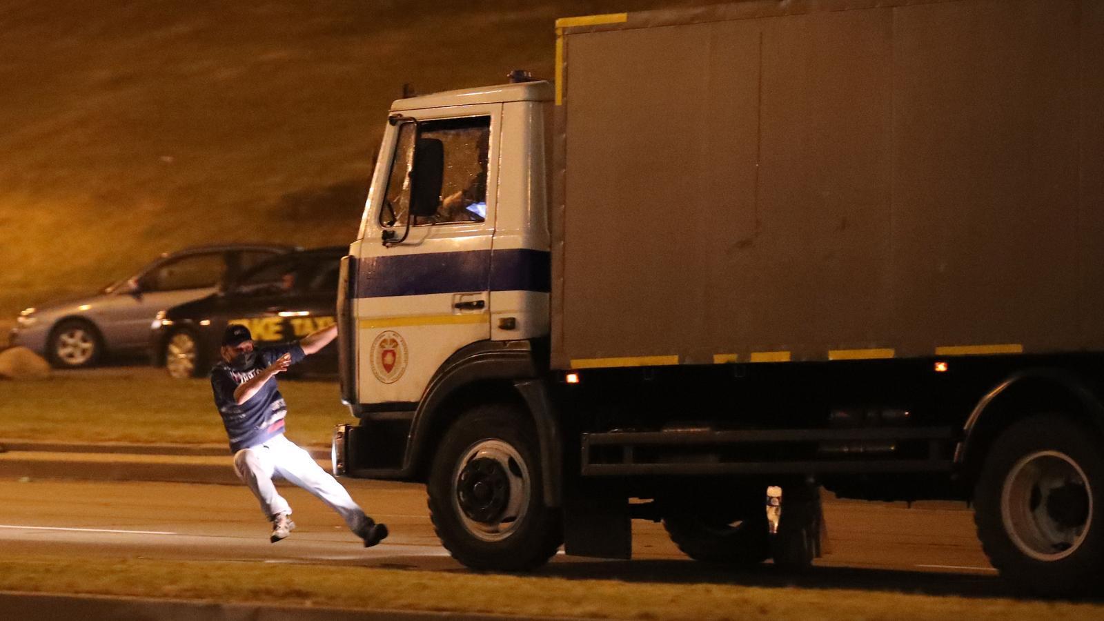 Un manifestant l'instant abans de ser atropellat per un camió policial